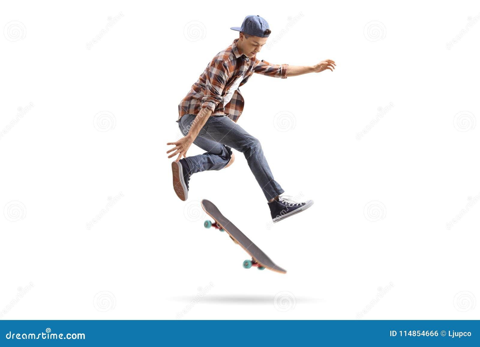 Jugendschlittschuhläufer, der einen Trick mit einem Skateboard durchführt