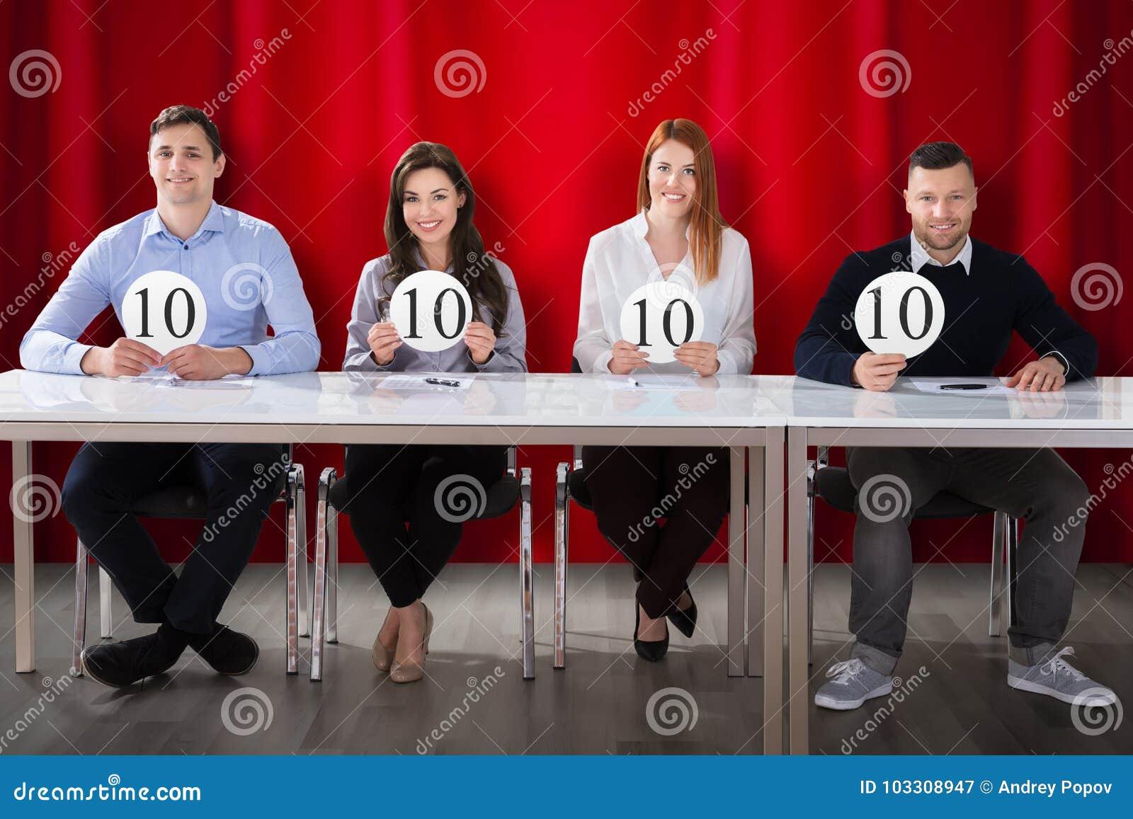 Juges de panneau tenant 10 signes de score