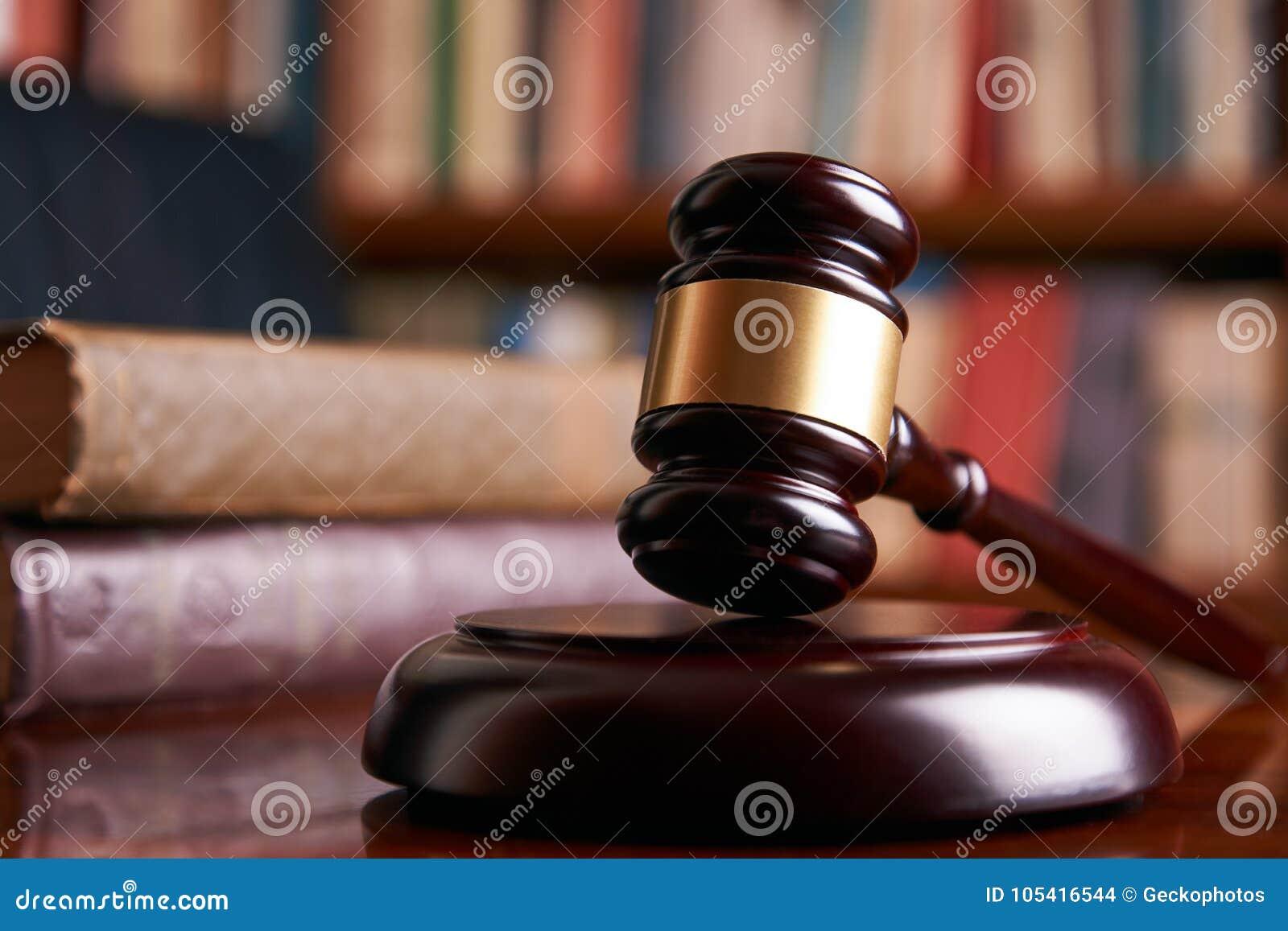 Jugez le marteau ou le maillet de loi sur un bureau en bois photo