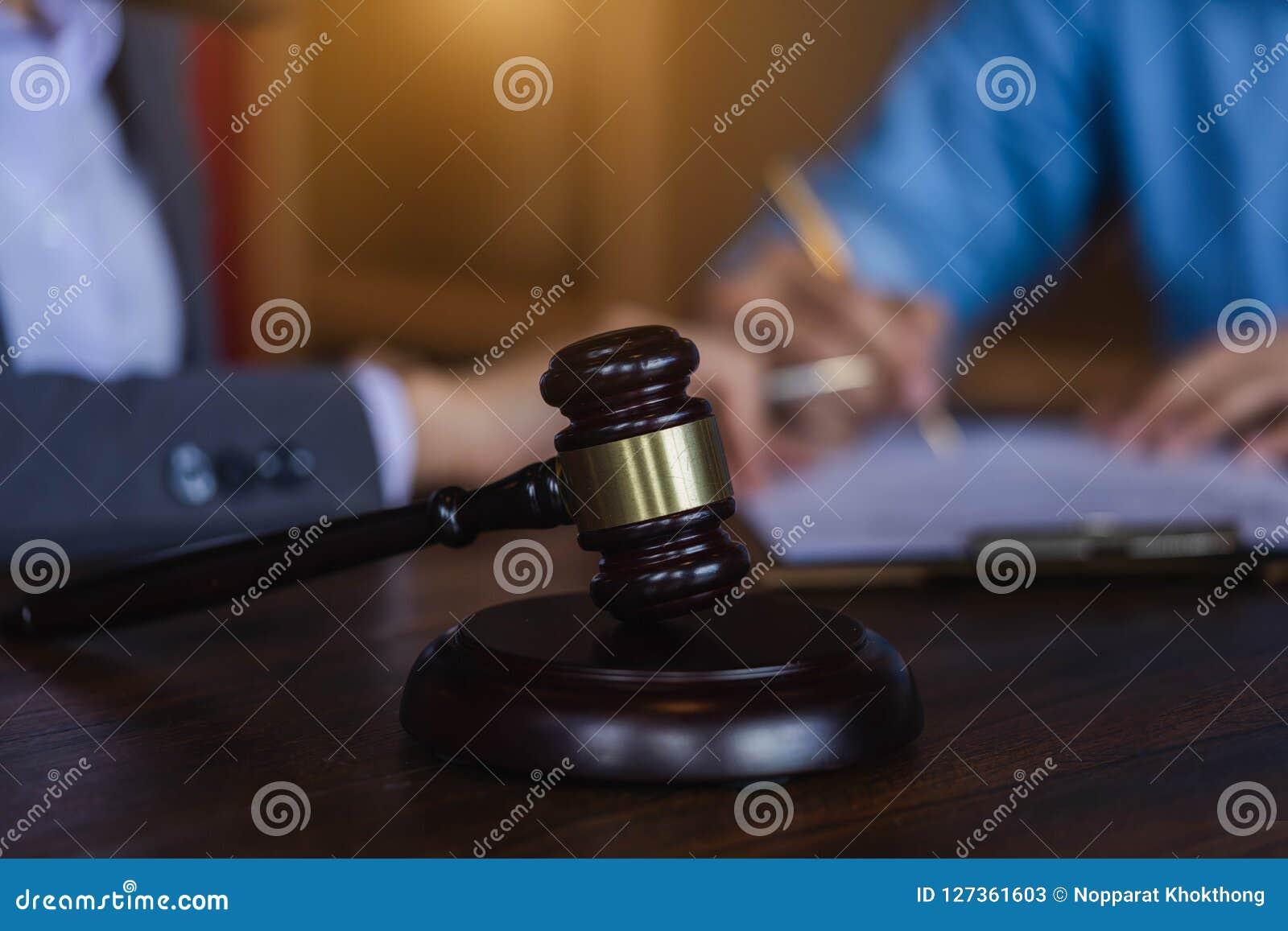 Jugez le marteau sur le fond teable en bois avec l avocat et l attorne