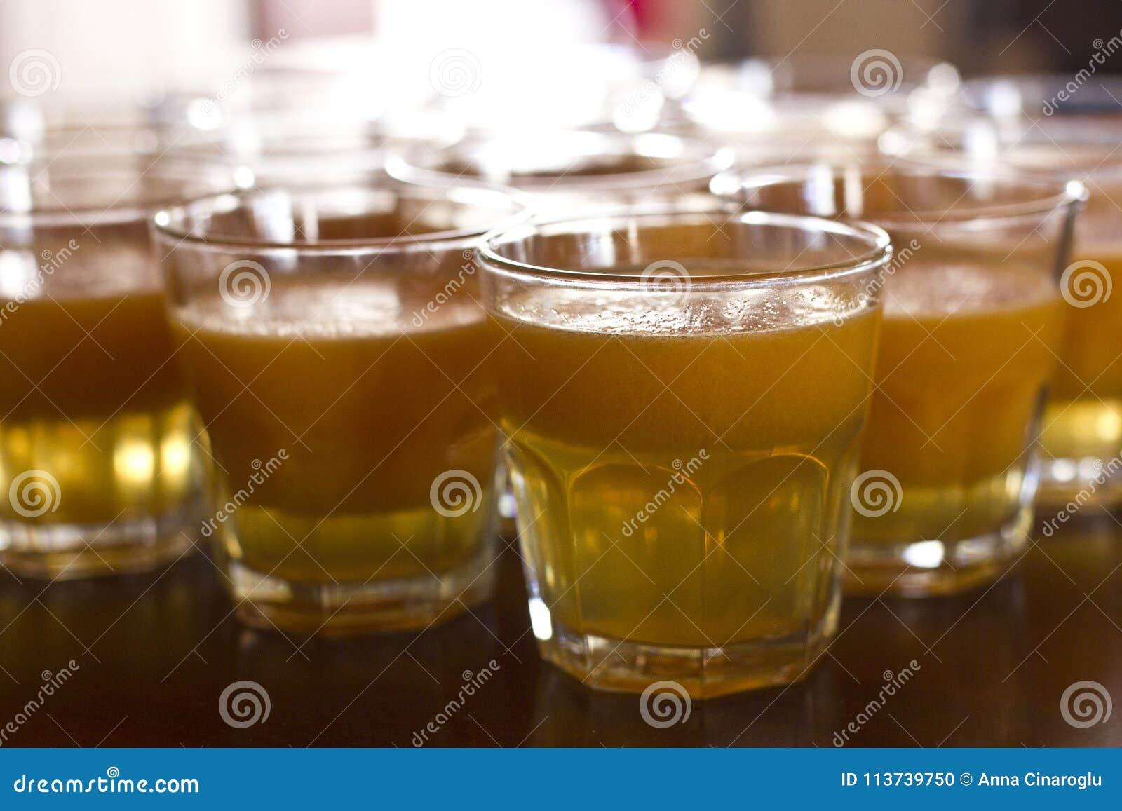 Jugo de la calabaza en un vidrio Zumo de naranja con pulpa