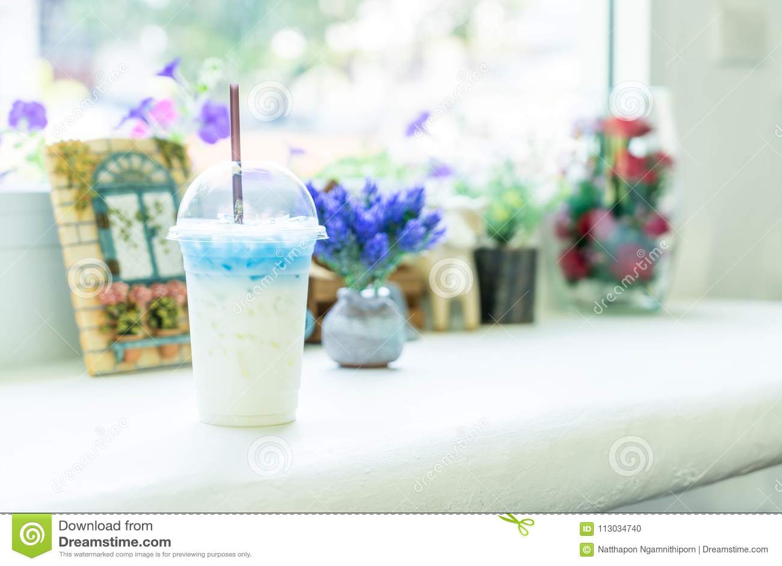Jugo del guisante de mariposa con leche