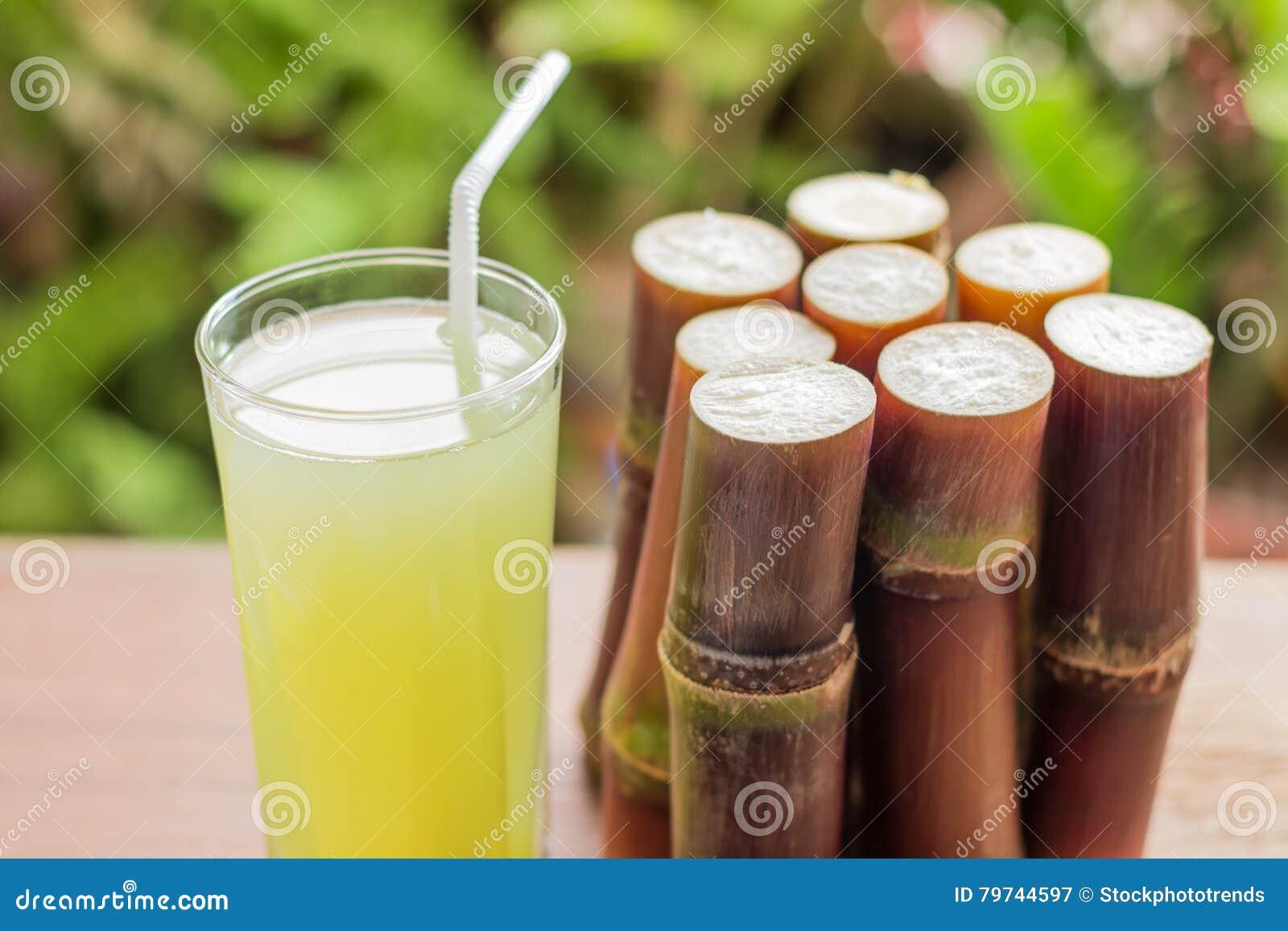 Jugo fresco para una dieta del detox - frutas orgánicas de la caña de azúcar en woode