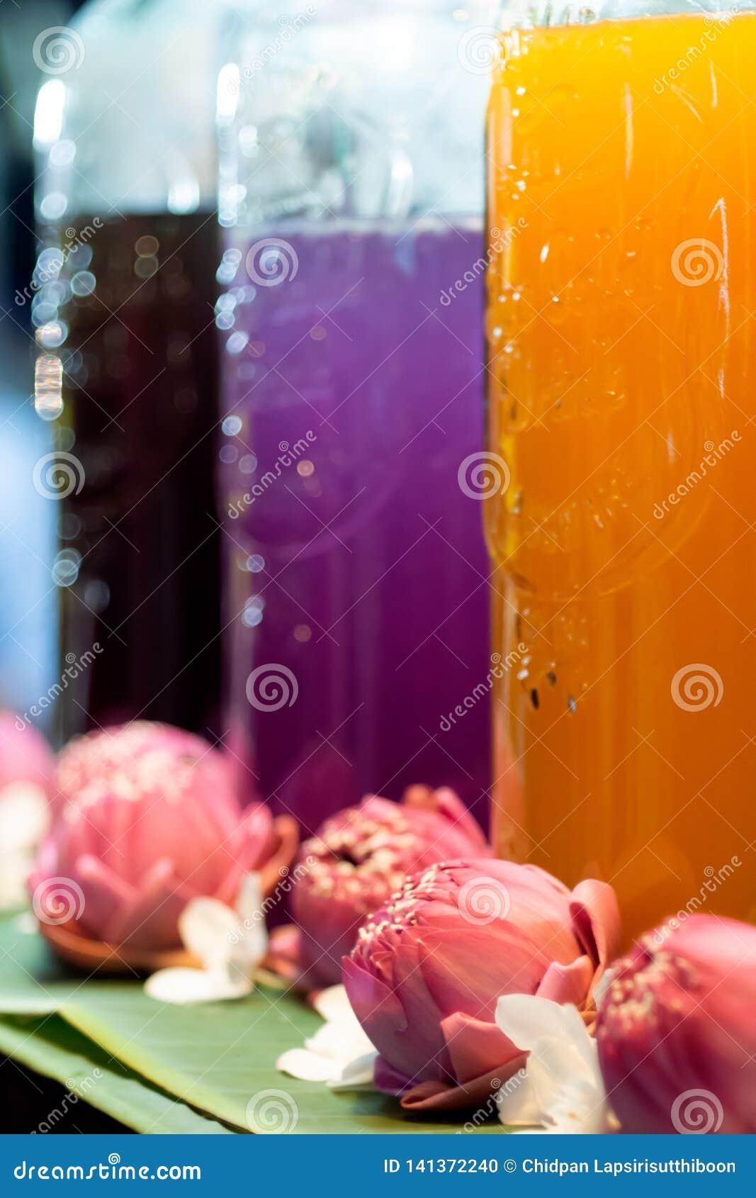 Jugo tailandés lleno en docena Y lugar que adornó con el loto rosado de la comida de la calle