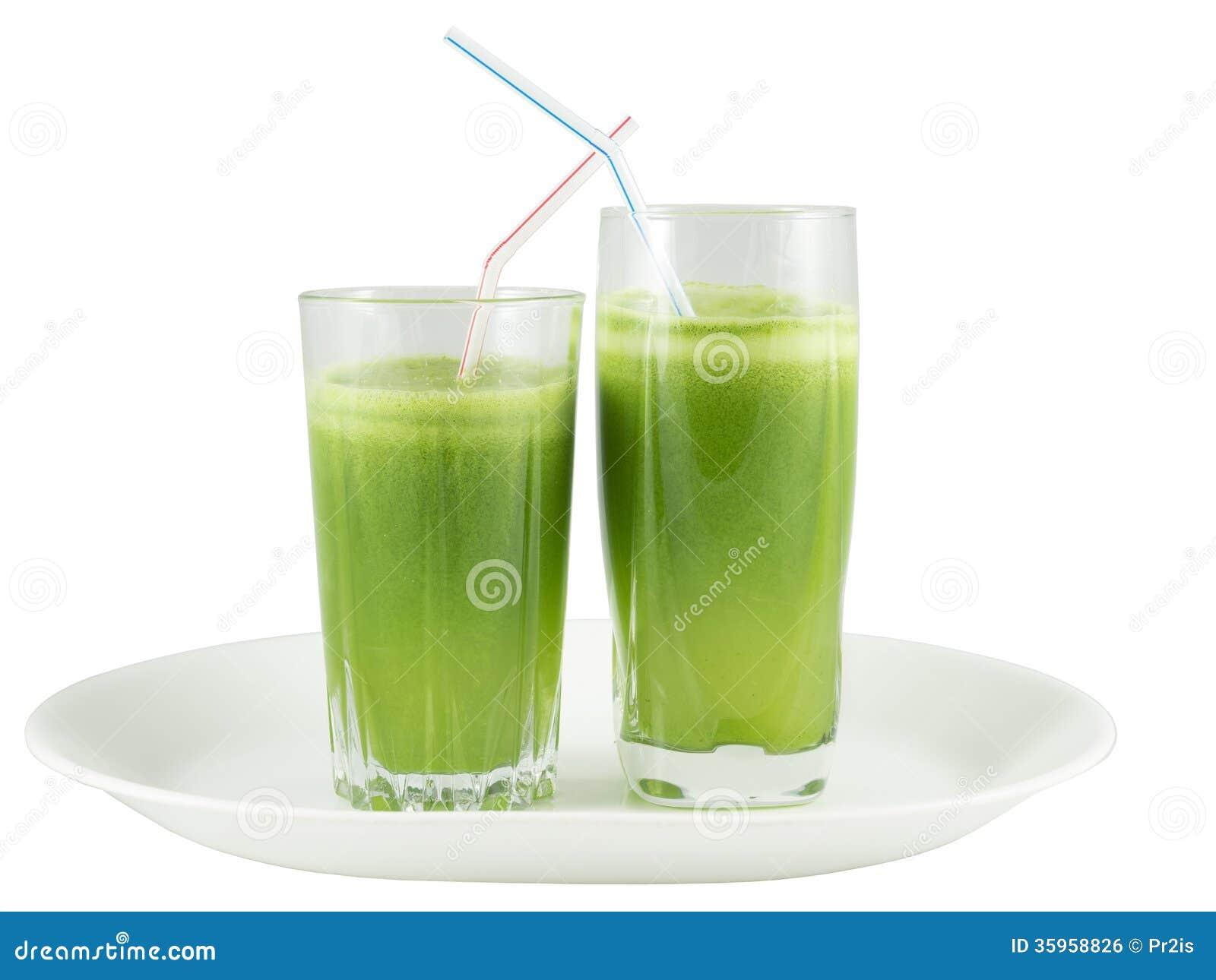 Jugo vegetal verde en los vidrios con la paja