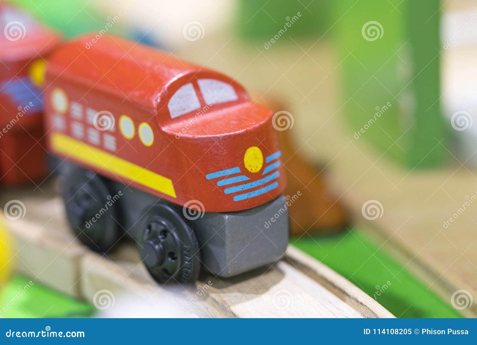 Juguete de madera del tren rojo - los juguetes para los niños juegan los juguetes educativos determinados f