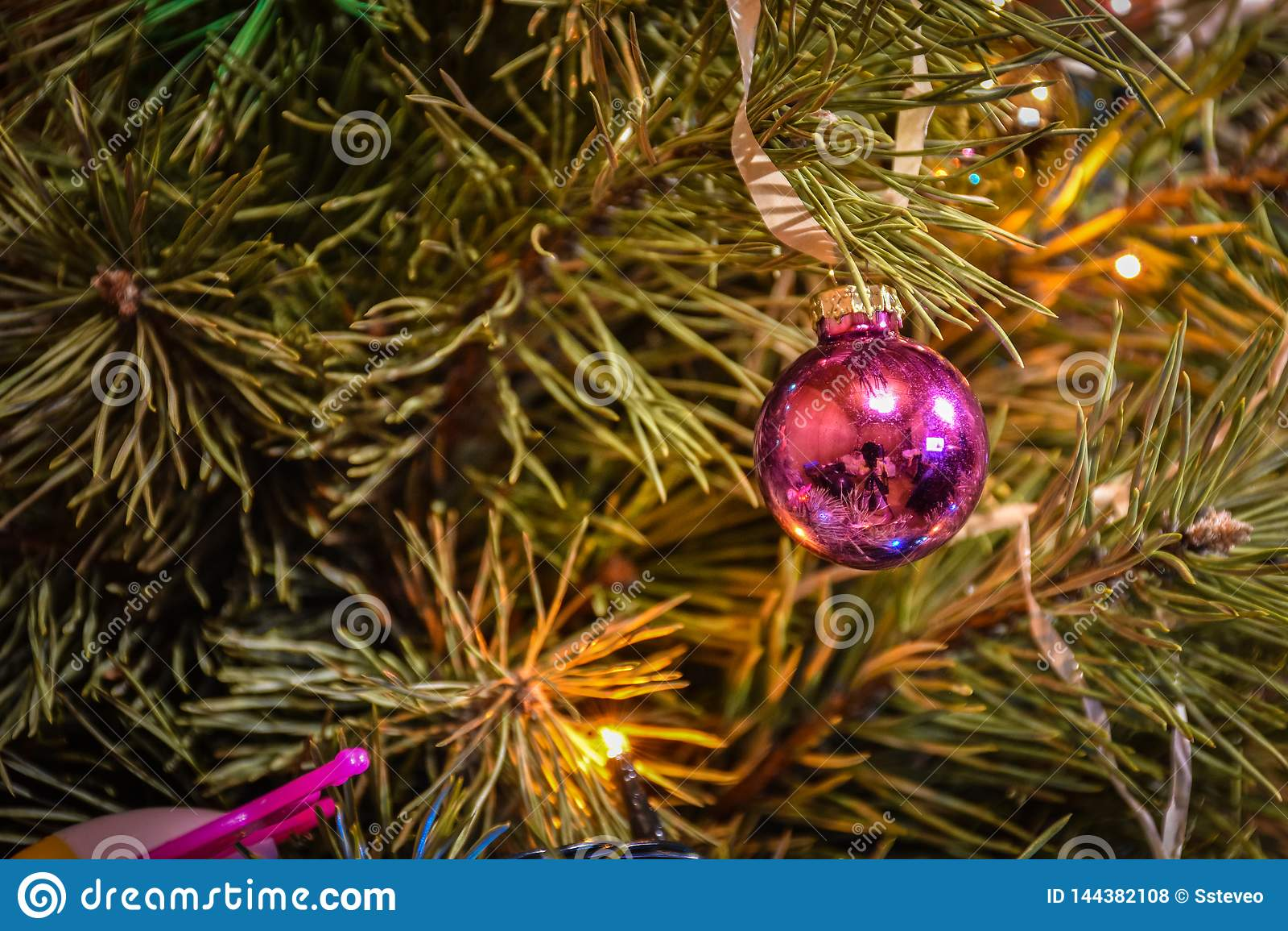 Juguete del árbol de navidad en un primer de la rama