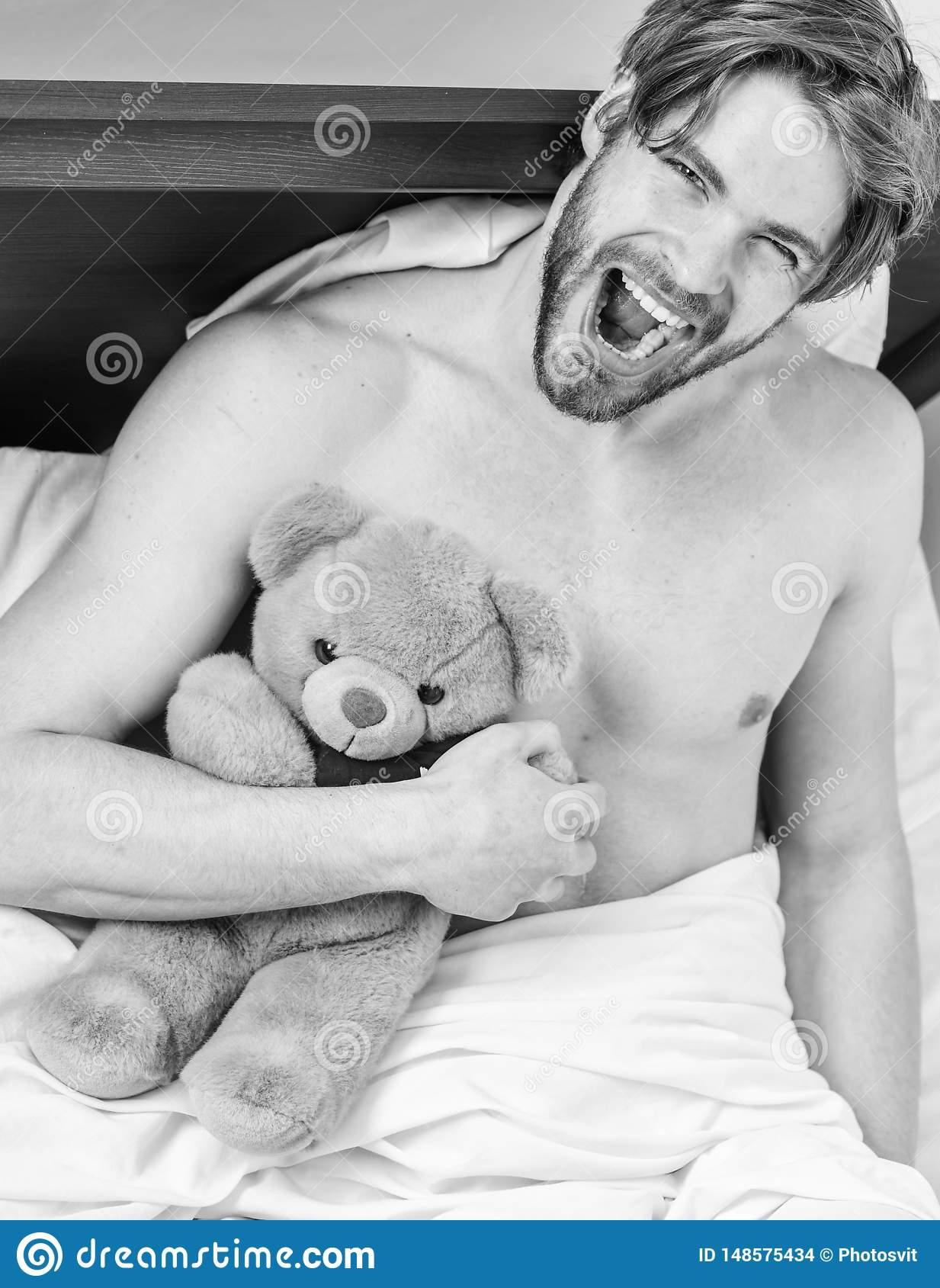 Juguete suave de la felpa del oso de peluche del abrazo del individuo La cara barbuda sin afeitar del hombre se relaja con el oso