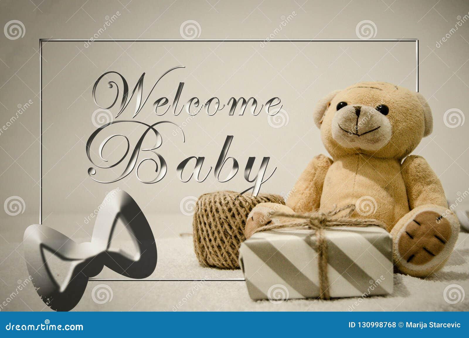 Juguete suave del oso de peluche con una fiesta de bienvenida al bebé de la caja y del texto de regalo