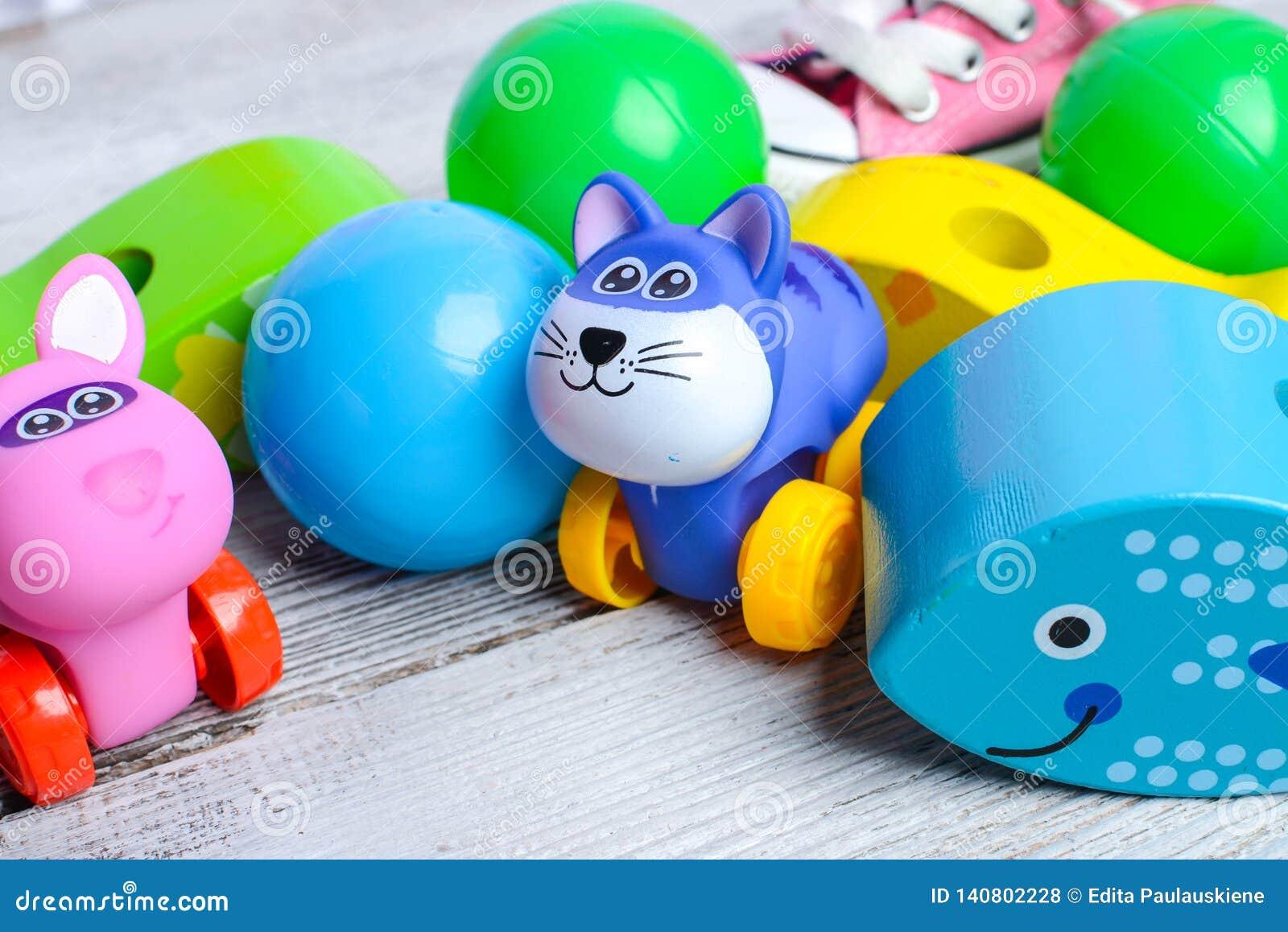 Juguetes coloridos del bebé y pequeñas bolas plásticas