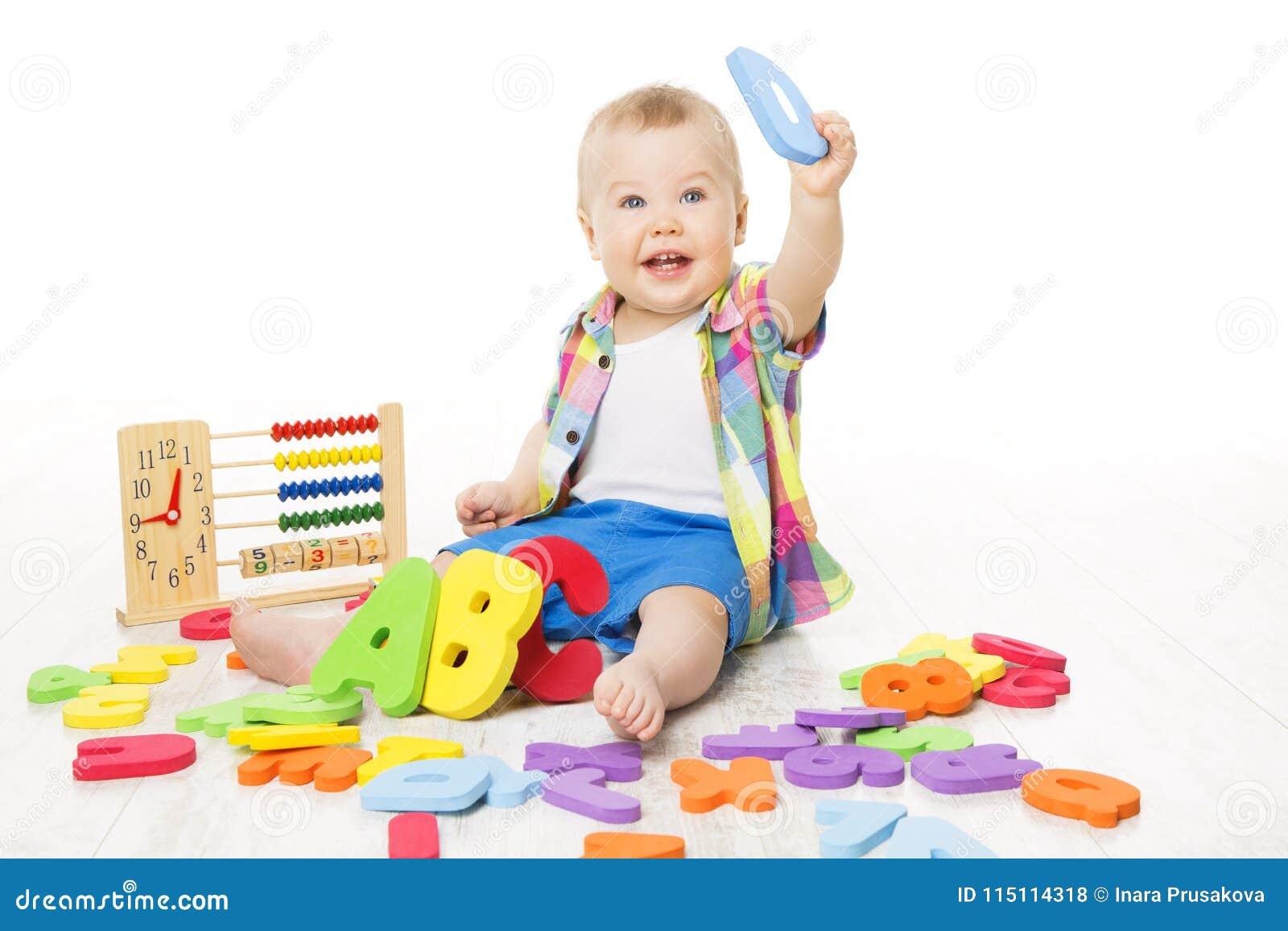 Juguetes del alfabeto y de la matemáticas del bebé, niño que juega las letras de ABC del ábaco