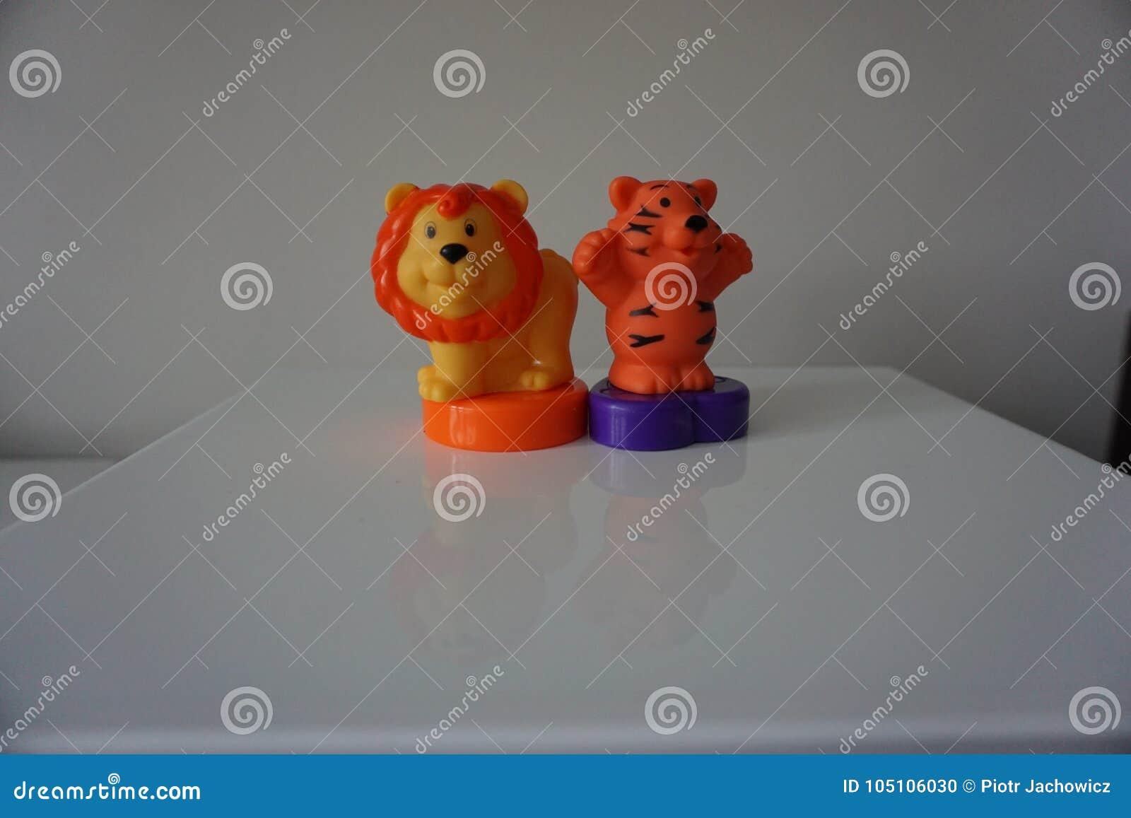 Juguetes plásticos del león y del tigre para el niño