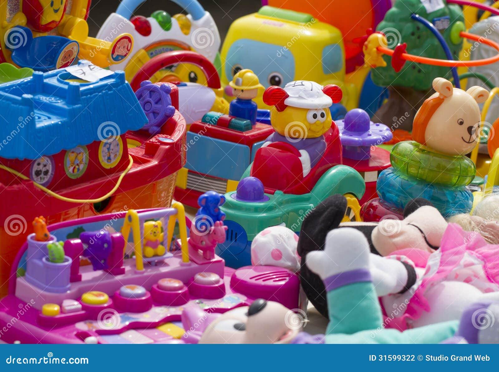 Juguetes pl sticos para los ni os exhibidos en el mercado - Cosas para guardar juguetes ...