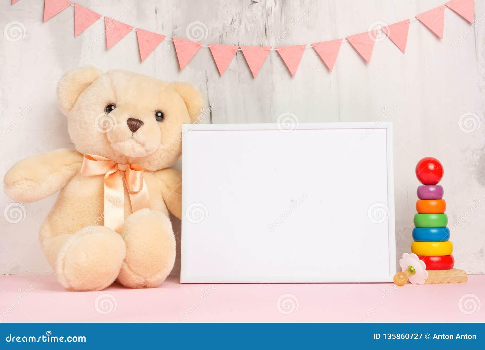 Juguetes y marco del bebé en fondo ligero de la pared, para el diseño Ducha de bebé