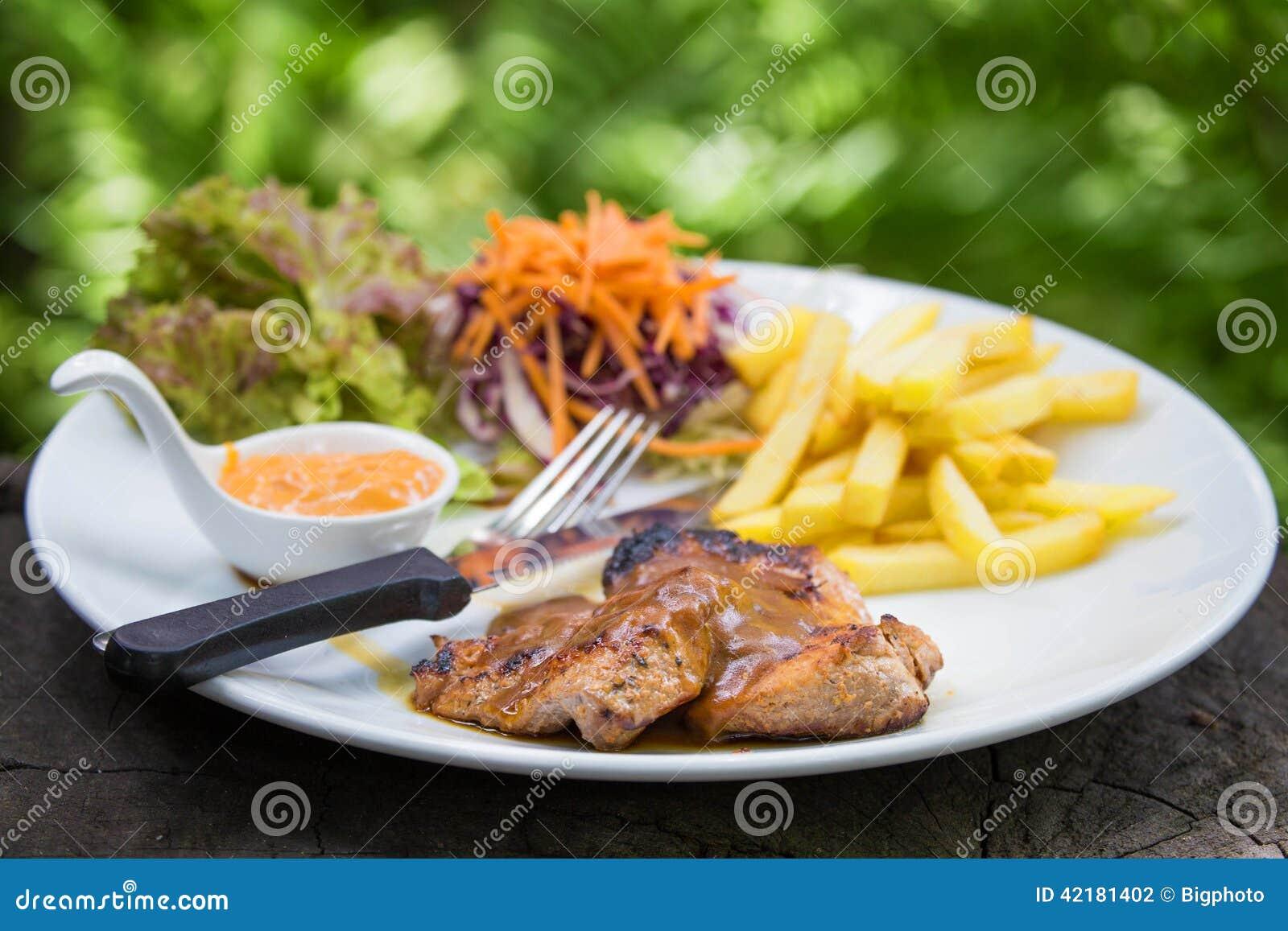 Juicy ψημένη στη σχάρα μπριζόλα χοιρινού κρέατος (λαιμός που κόβεται) με τα πράσινα