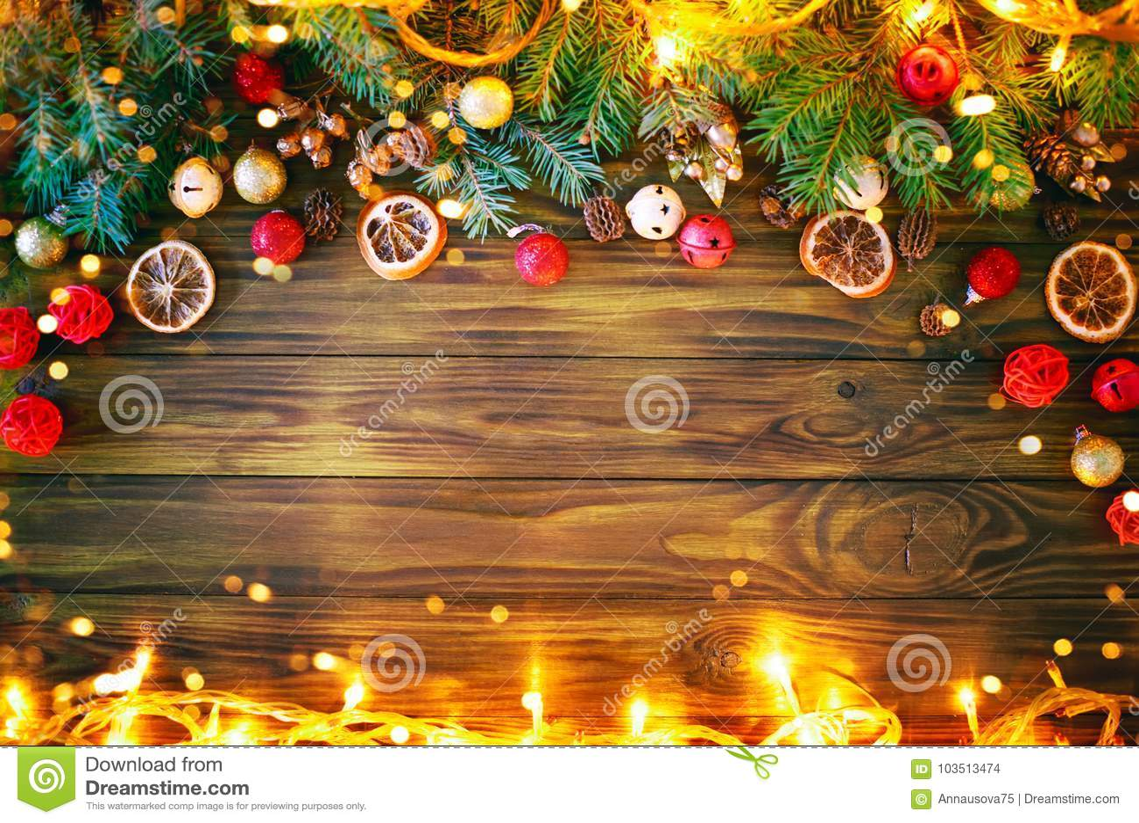 Jul övervintrar bakgrund, en tabell som dekoreras med granfilialer, och garneringar lyckligt nytt år glad jul