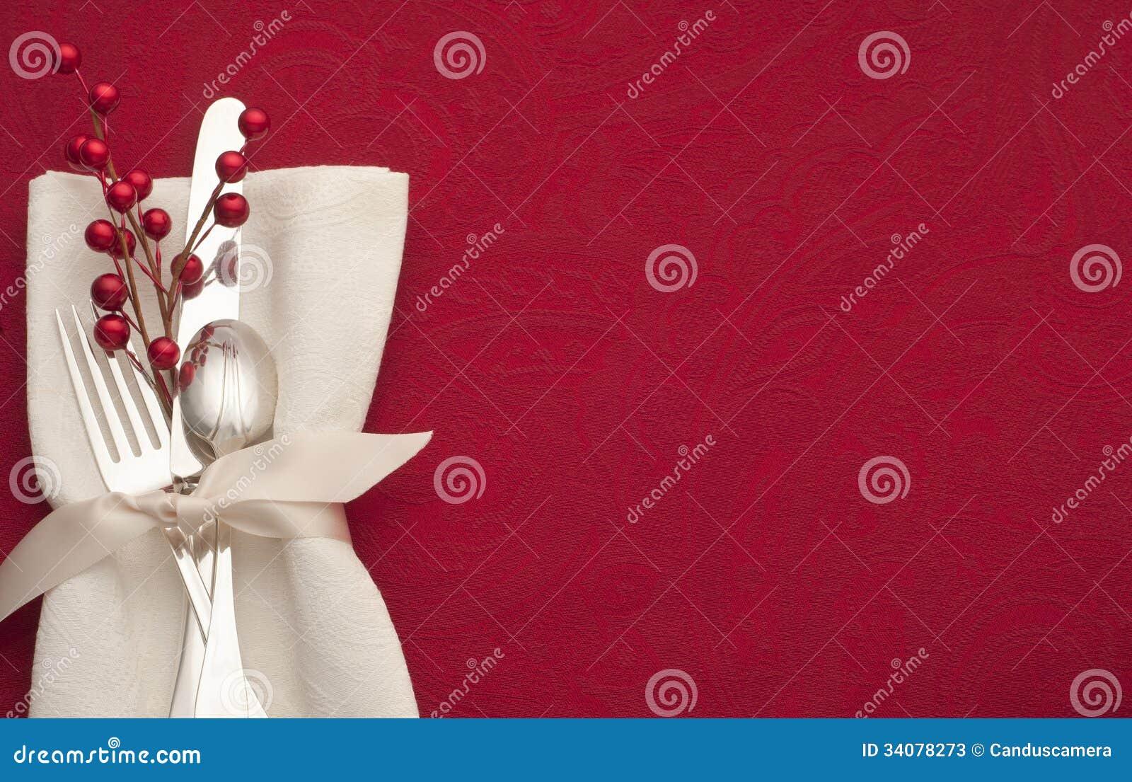 Jul bordlägger i rött med bestick, garnering och den vita servetten
