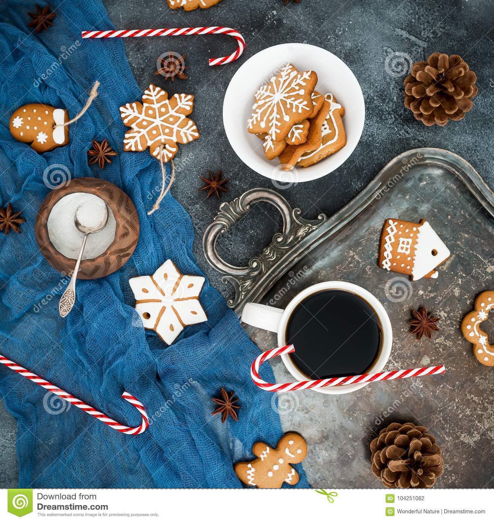 Jul eller frukostpepparkaka för nytt år, godisrotting och kaffekopp på mörk bakgrund Lekmanna- lägenhet Top beskådar