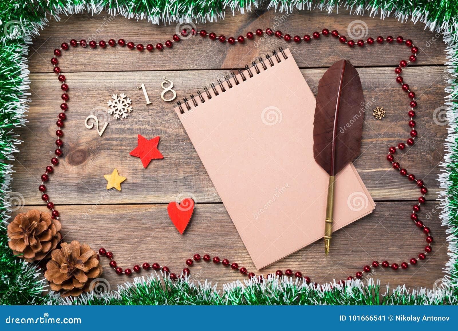 Jul eller ram för nytt år för ditt projekt med kopieringsutrymme Jul gör grön paljetten med kottar, 2017 fugures, stjärnor och sn
