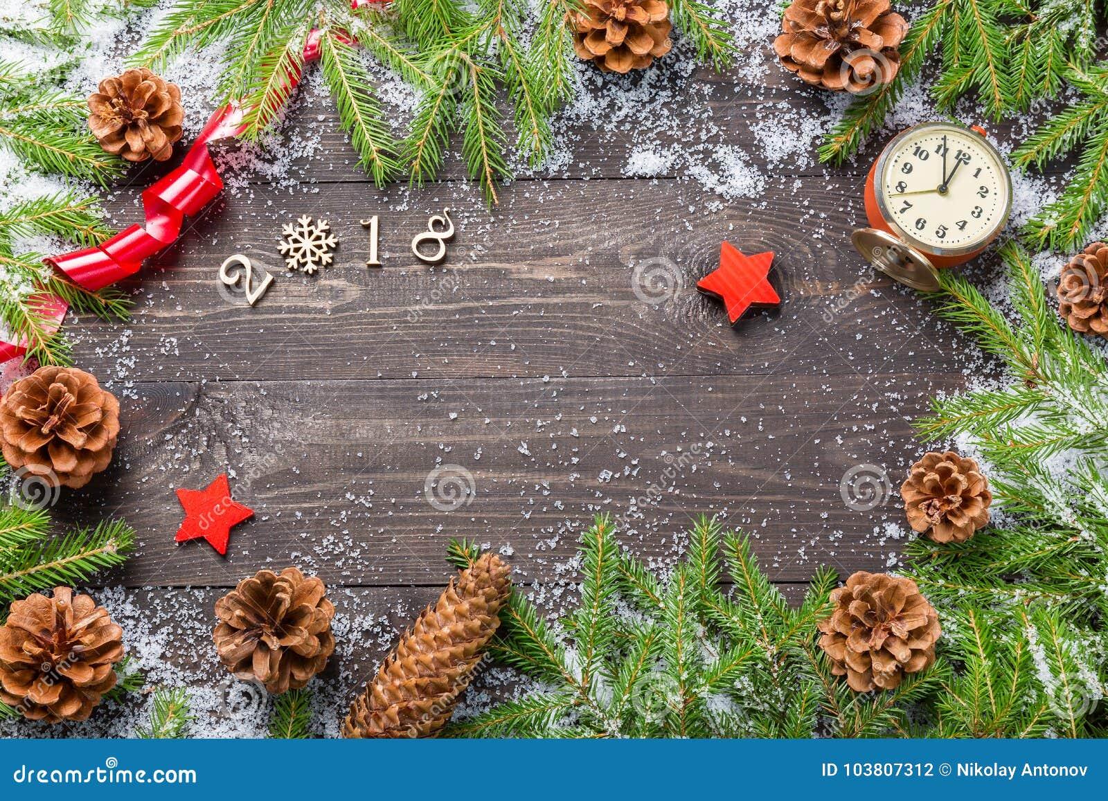 Jul eller ram för nytt år för ditt projekt med kopieringsutrymme Julgranträd i snö med kottar, tappningklocka, dekorativ st