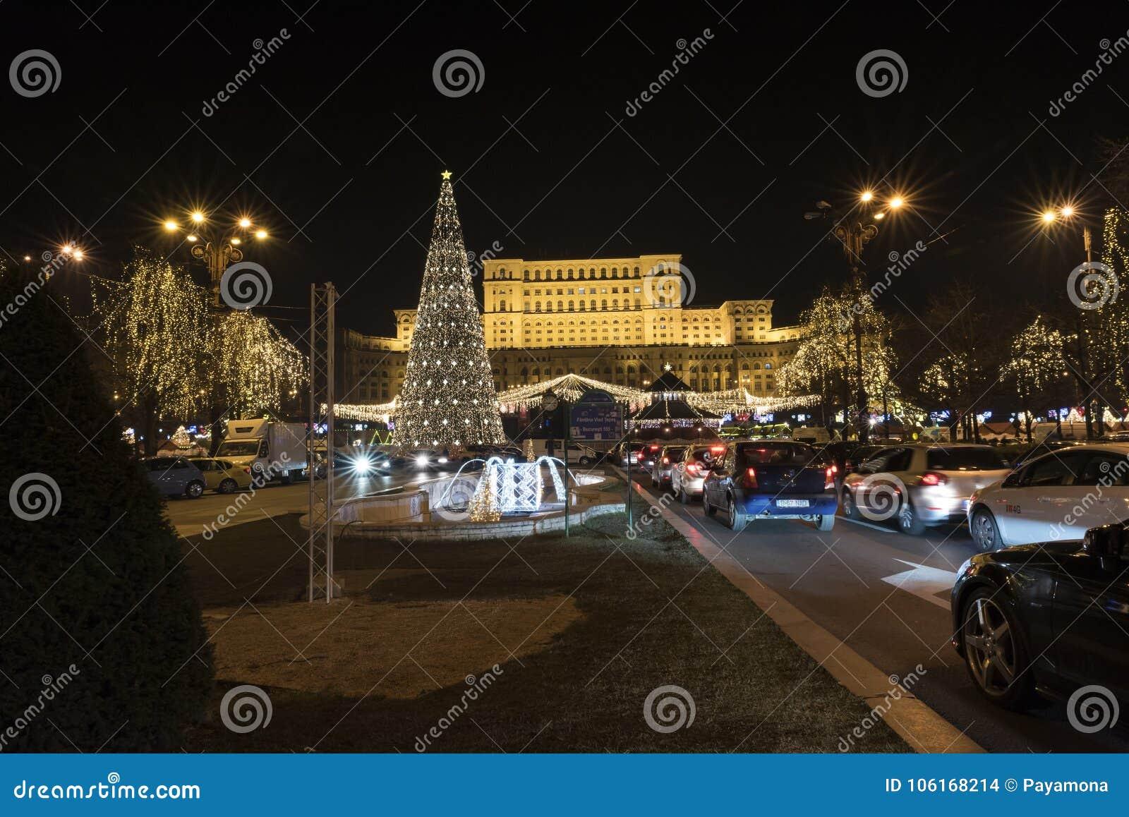 12 jul för DEC 2017 marknadsför på slotten av parlamentet Bucharest Rumänien, garnering och julgranen, många ljus och traen