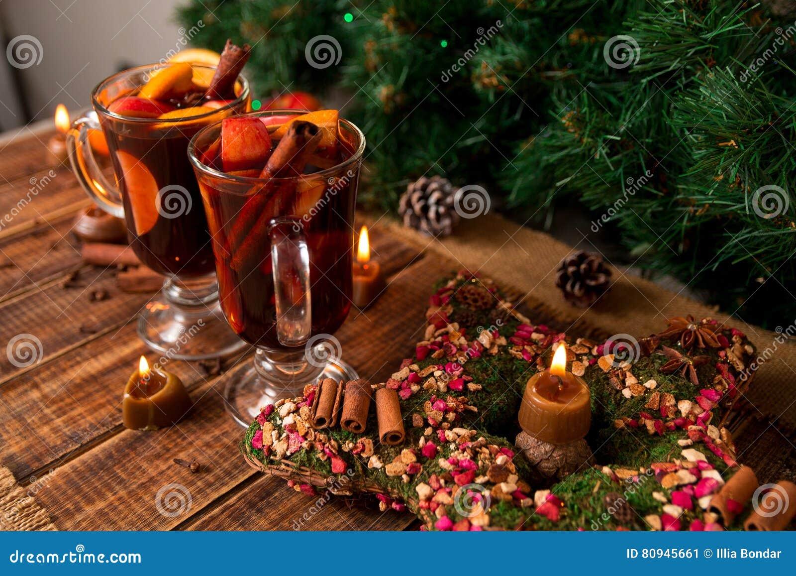 Jul funderade vinstjärnan, stearinljus på trätabellen Xmas-garneringar i bakgrund exponeringsglas två Vintervärmedrink