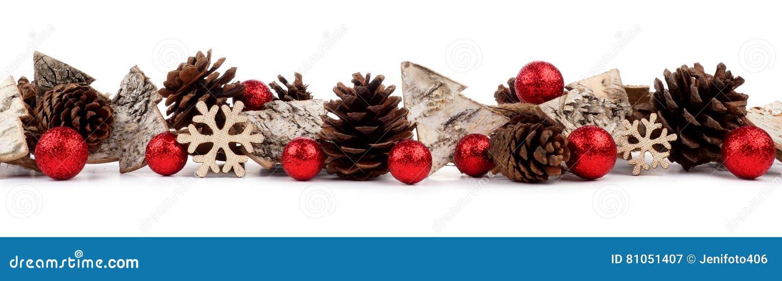 Jul gränsar med lantliga wood trädprydnader, struntsaker och sörjer kottar som isoleras över vit
