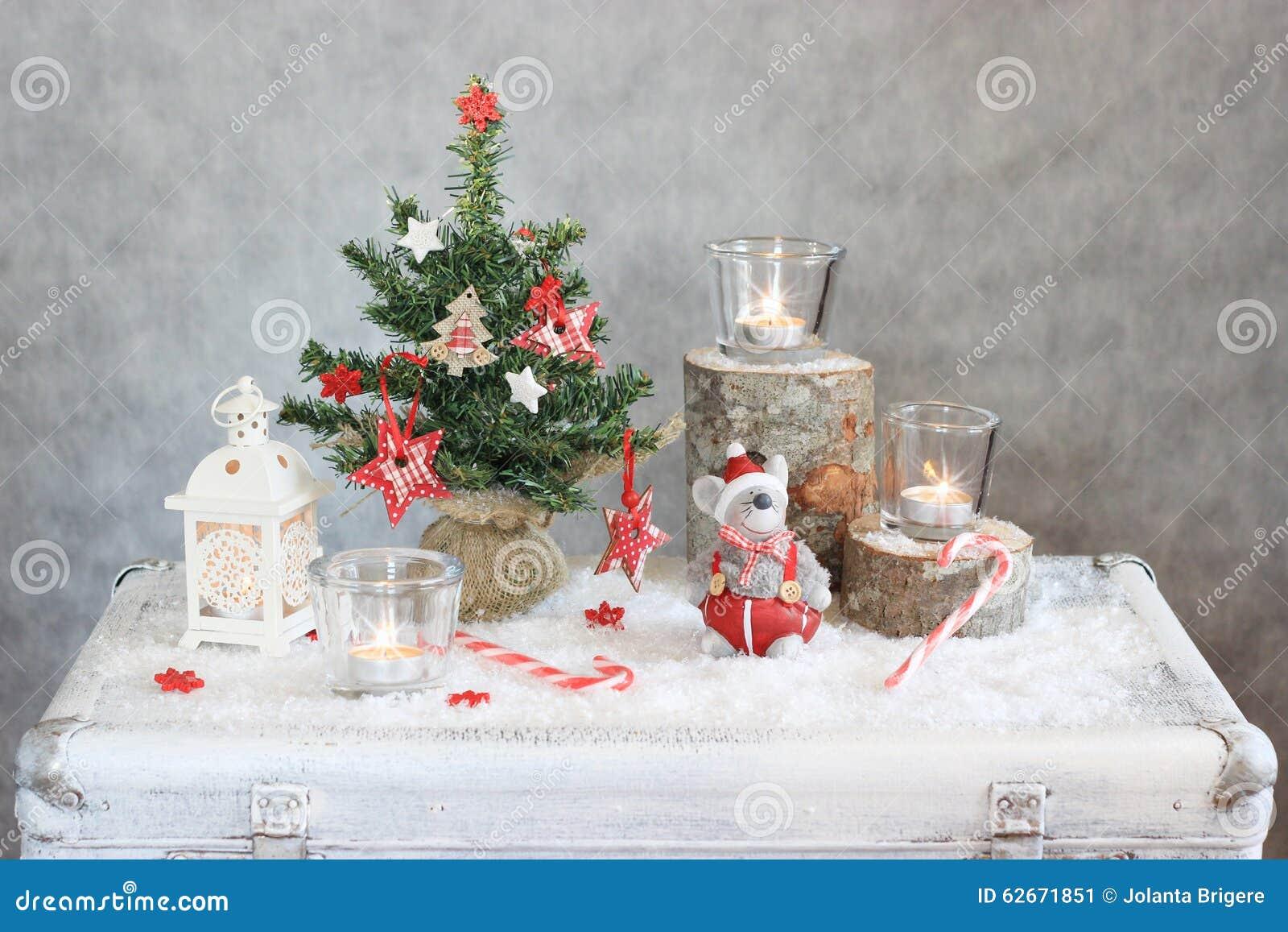 Jul grånar bakgrund med stearinljus och trädet