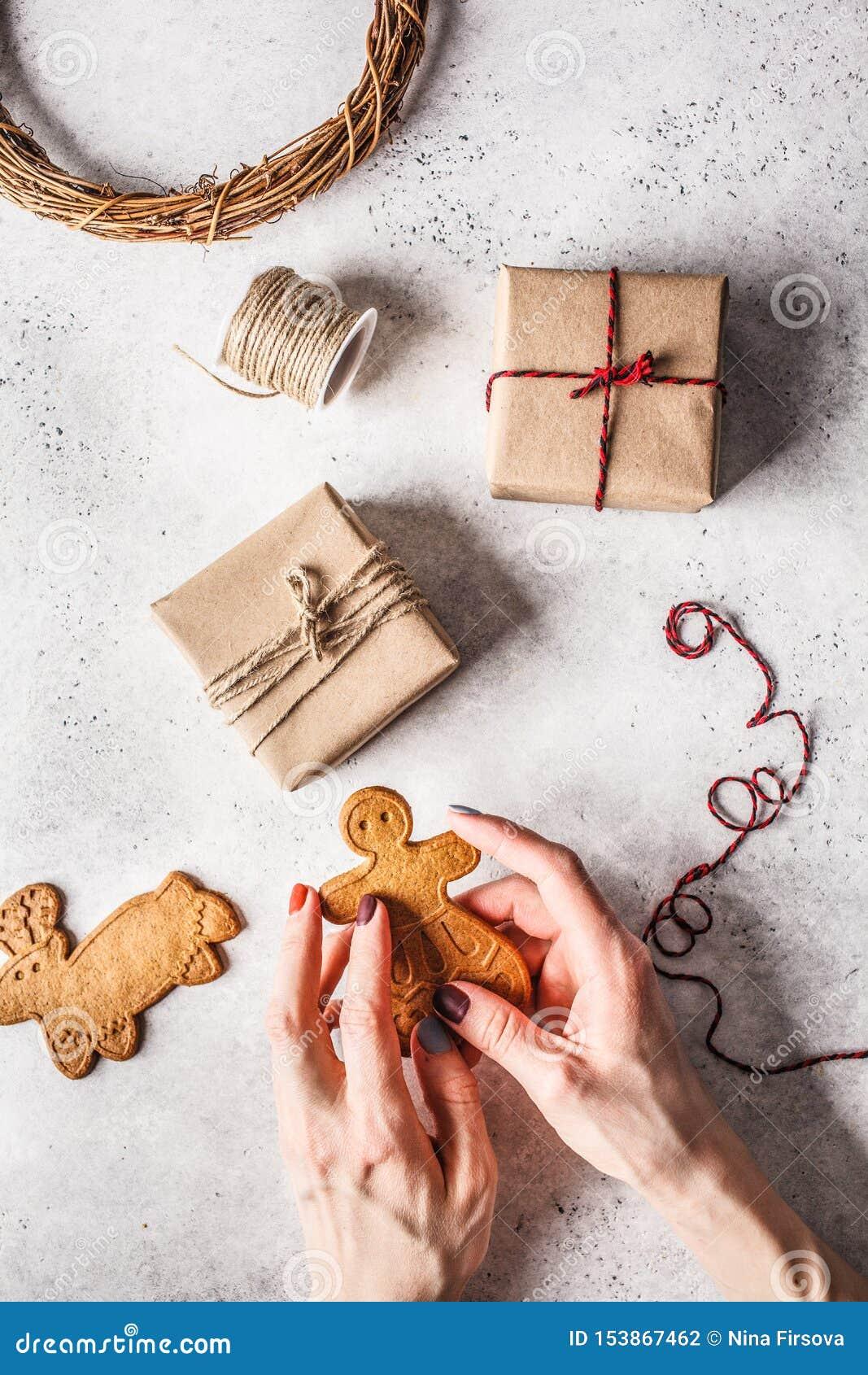 Jul lägger framlänges med gåvaaskar, girlanden och ingefärakakor vita r?da stj?rnor f?r abstrakt f?r bakgrundsjul m?rk f?r garner