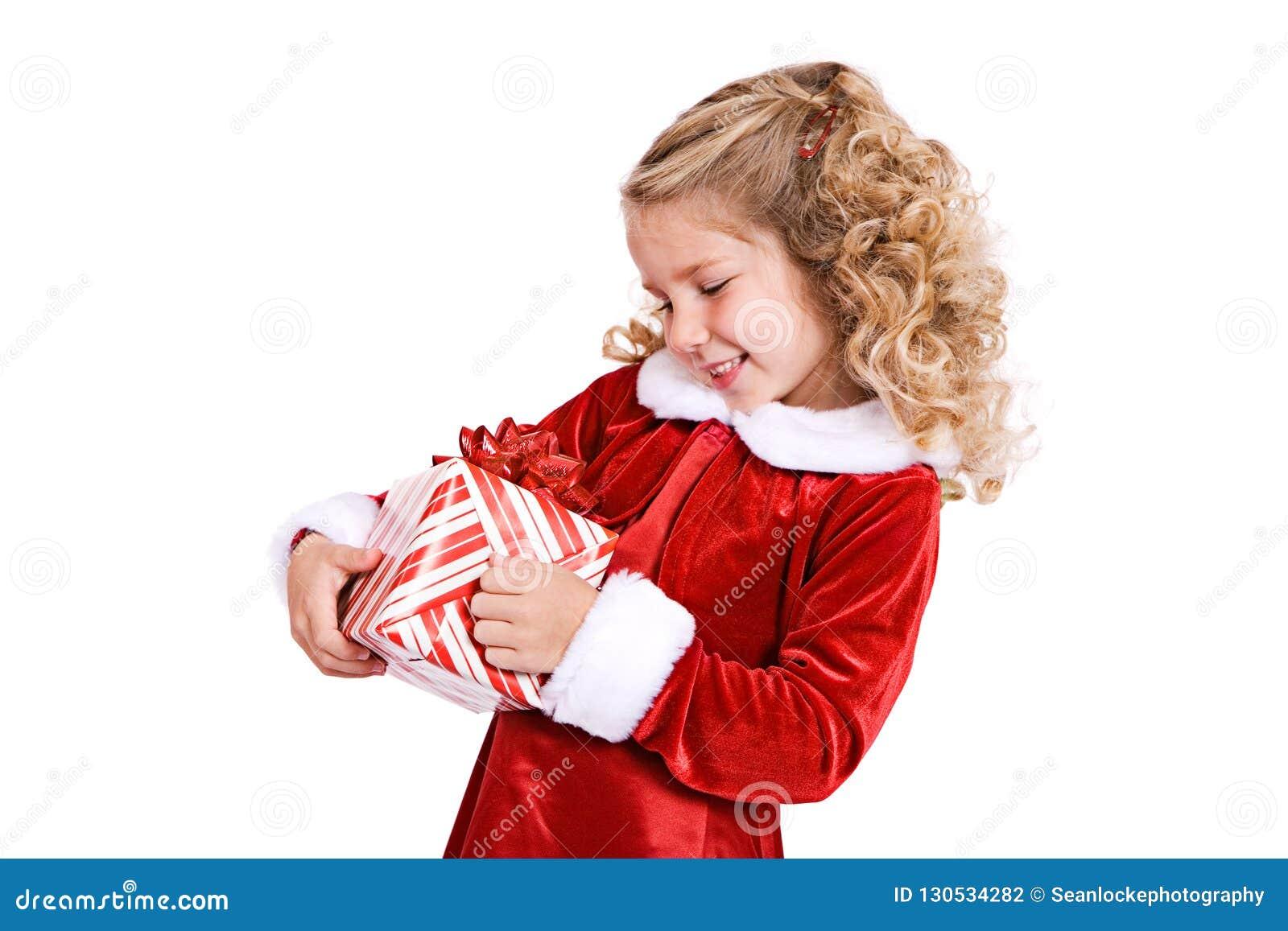 Jul: Lilla flickan startar att packa upp gåvan