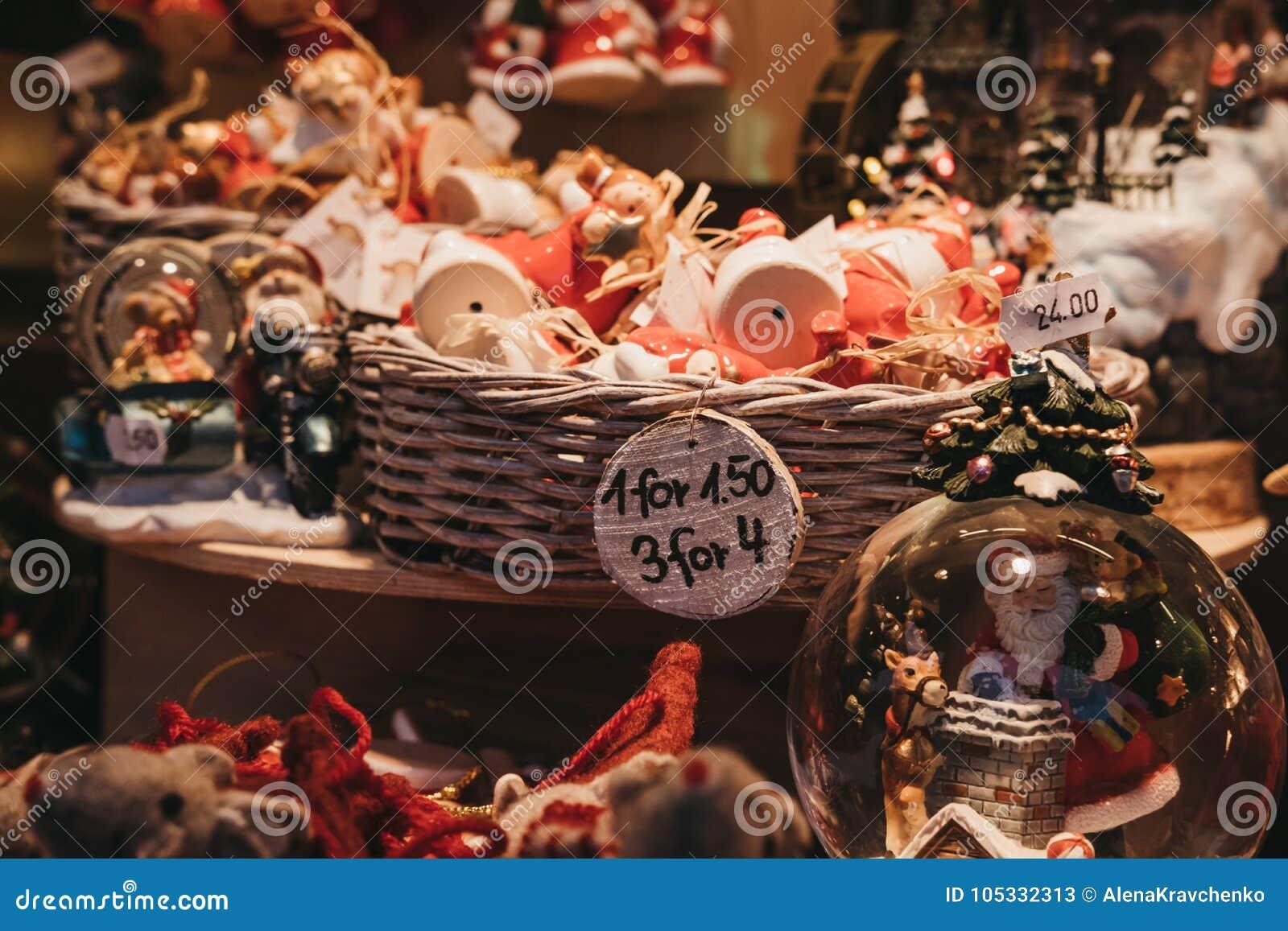 Jul- och julgrangarneringar på försäljning i vinterunderland, London