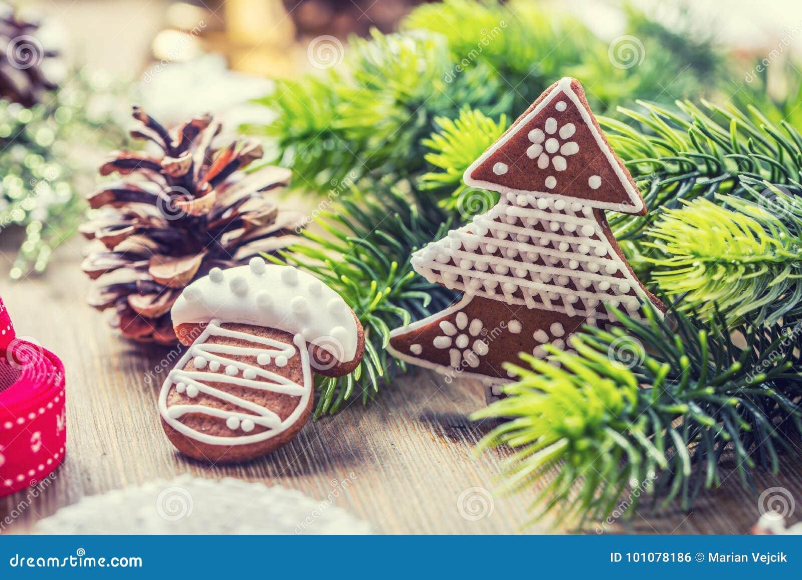 Jul Pepparkakan för julbollbakelse sörjer kotten och garnering bakgrundsjulen stänger upp röd tid