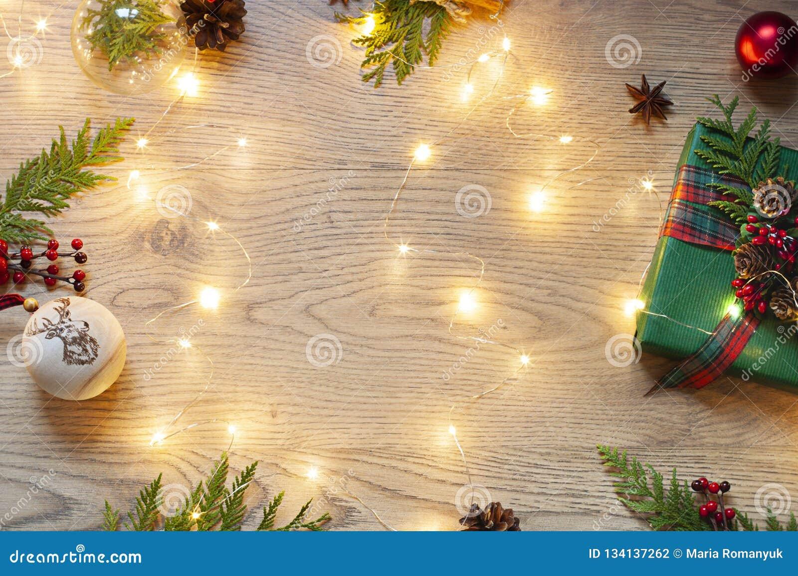 Jul ram för nytt år med festliga ljus på träbakgrunden Kort för bästa sikt för beröm för vinterferie