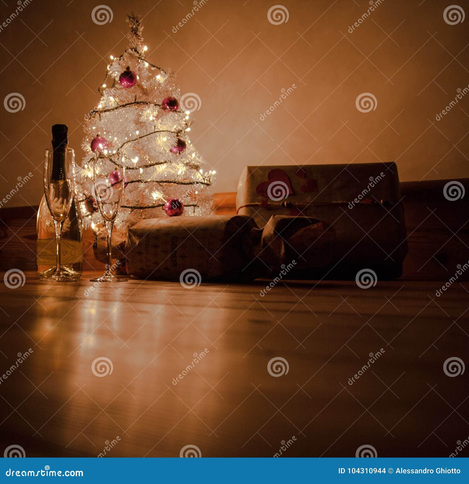 Jul rostar med gåvor under trädet