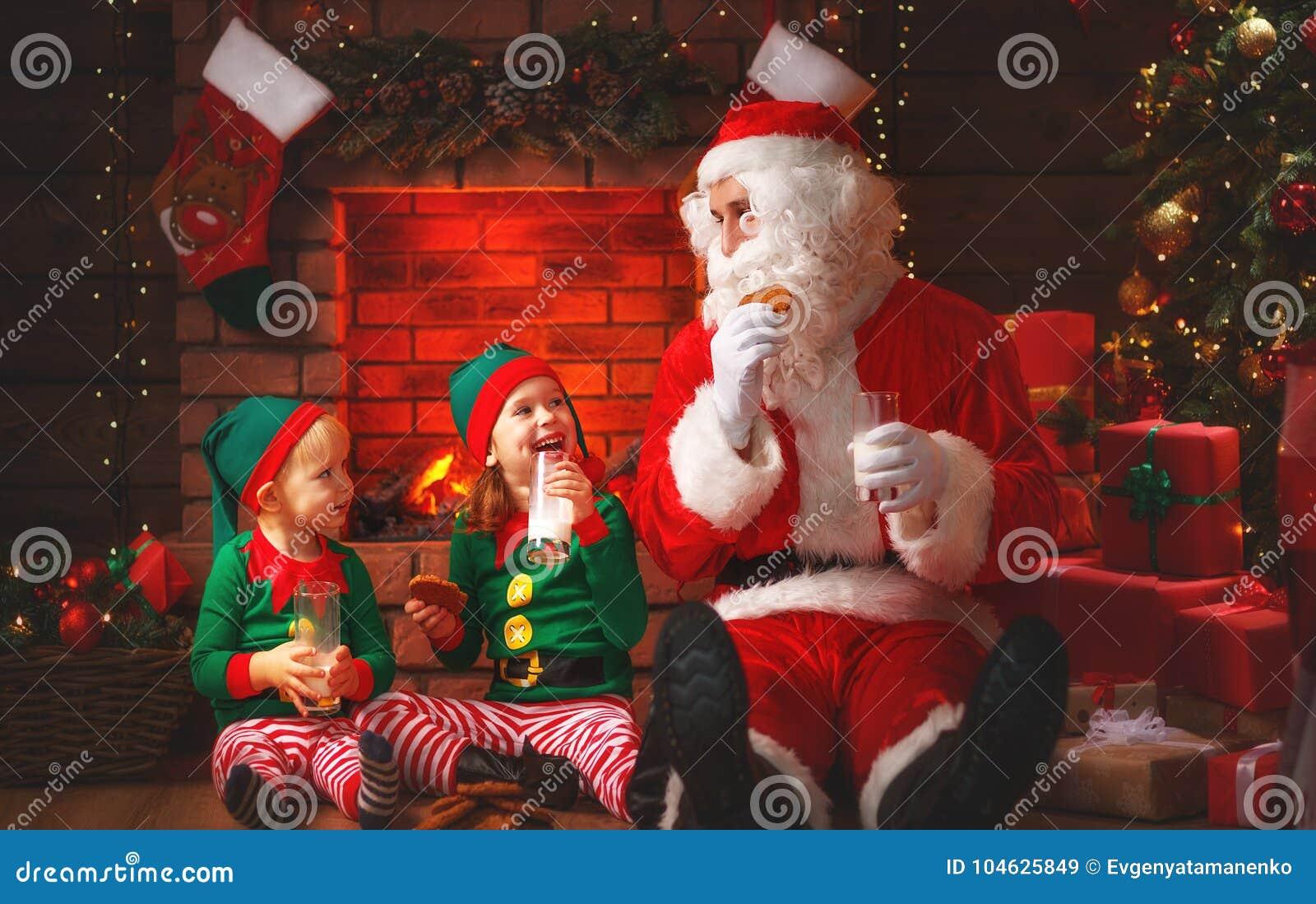 Jul Santa Claus med älvadrinken mjölkar och äter kakor