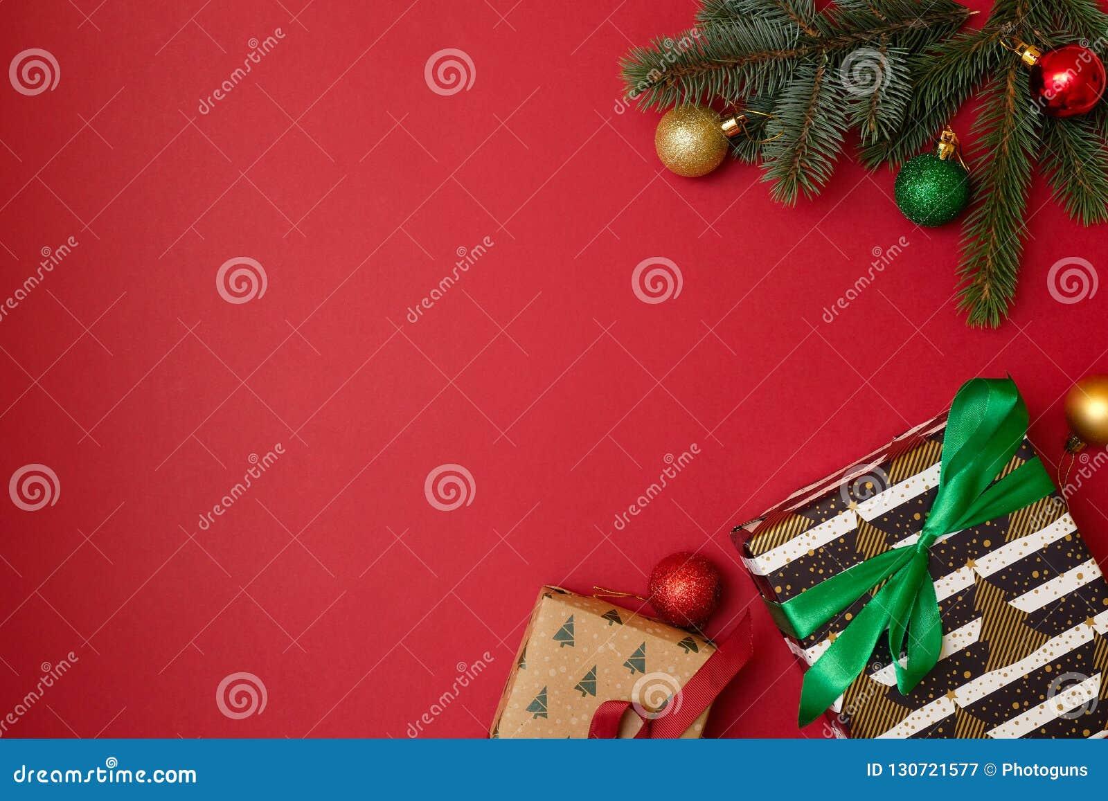 Jul semestrar sammansättning på röd bakgrund med kopieringsutrymme för din text Xmas-trädfilialer i hörnen, torkade apelsiner,