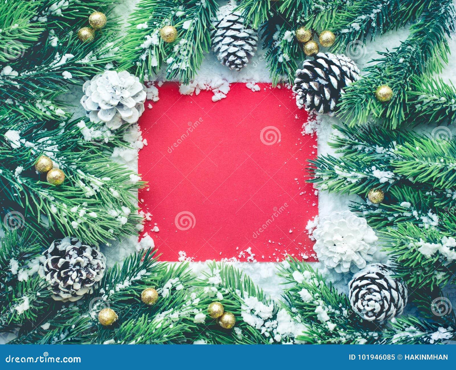 Jul smyckar med granträdet, sörjer bakgrund för filialen, för snö och för det röda kortet