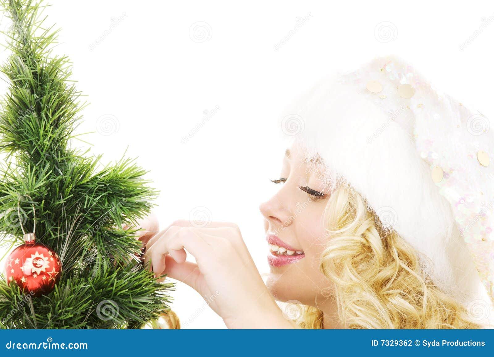 Jul som dekorerar den flickahjälpredasanta treen