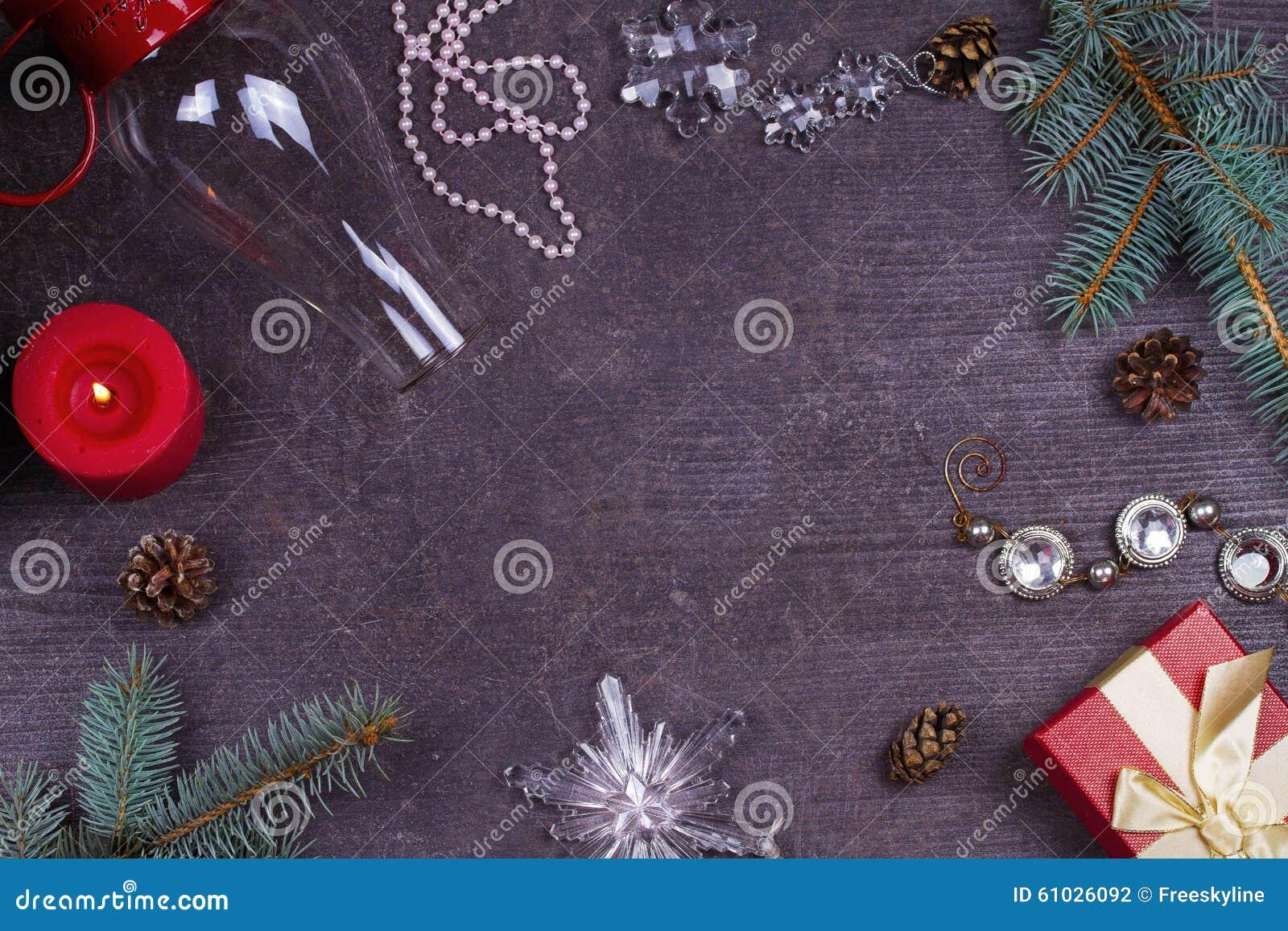 Jul som tjänar som tabellen - plattan, exponeringsglas, lampan, stearinljus, sörjer kottar, gåvaask Top beskådar Lantlig bakgrund