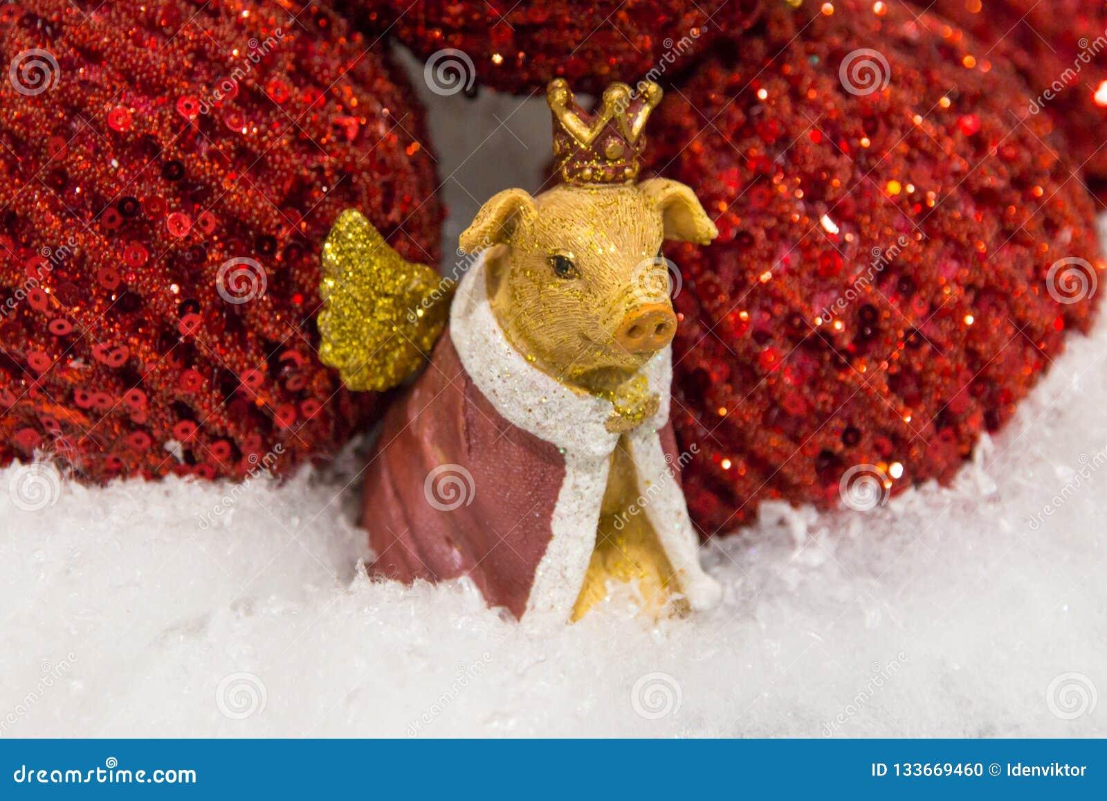 Jul svin för garnering för nytt år guld- gult med vingar i kronaslutet upp