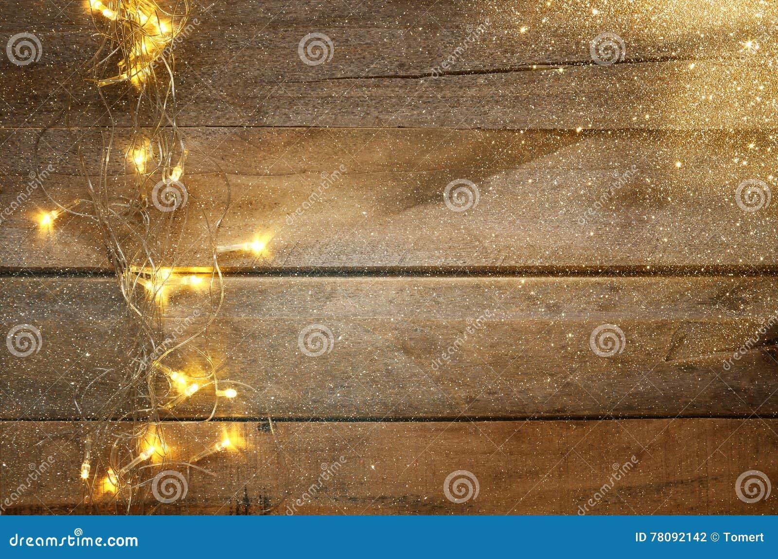 Jul värme guld- girlandljus på trälantlig bakgrund