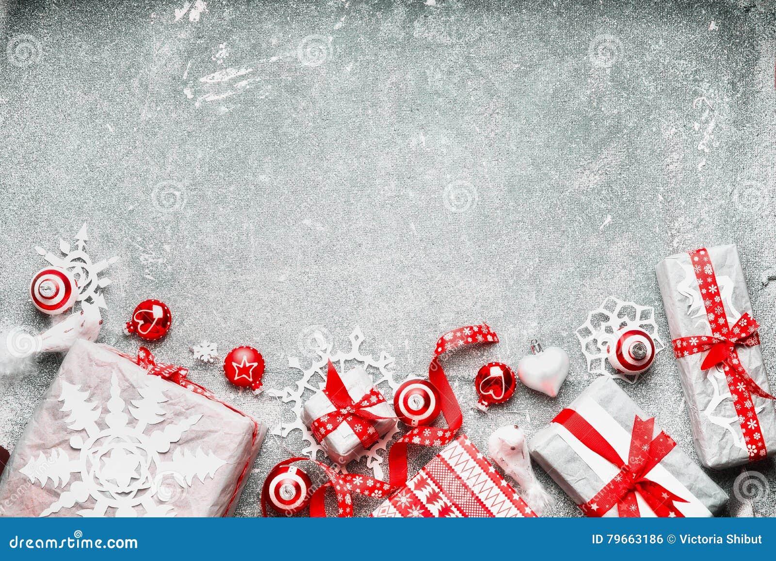 Julbakgrund med den vita röda gåvasjalen, festliga feriegarneringar och snöflingor för handgjort papper, bästa sikt