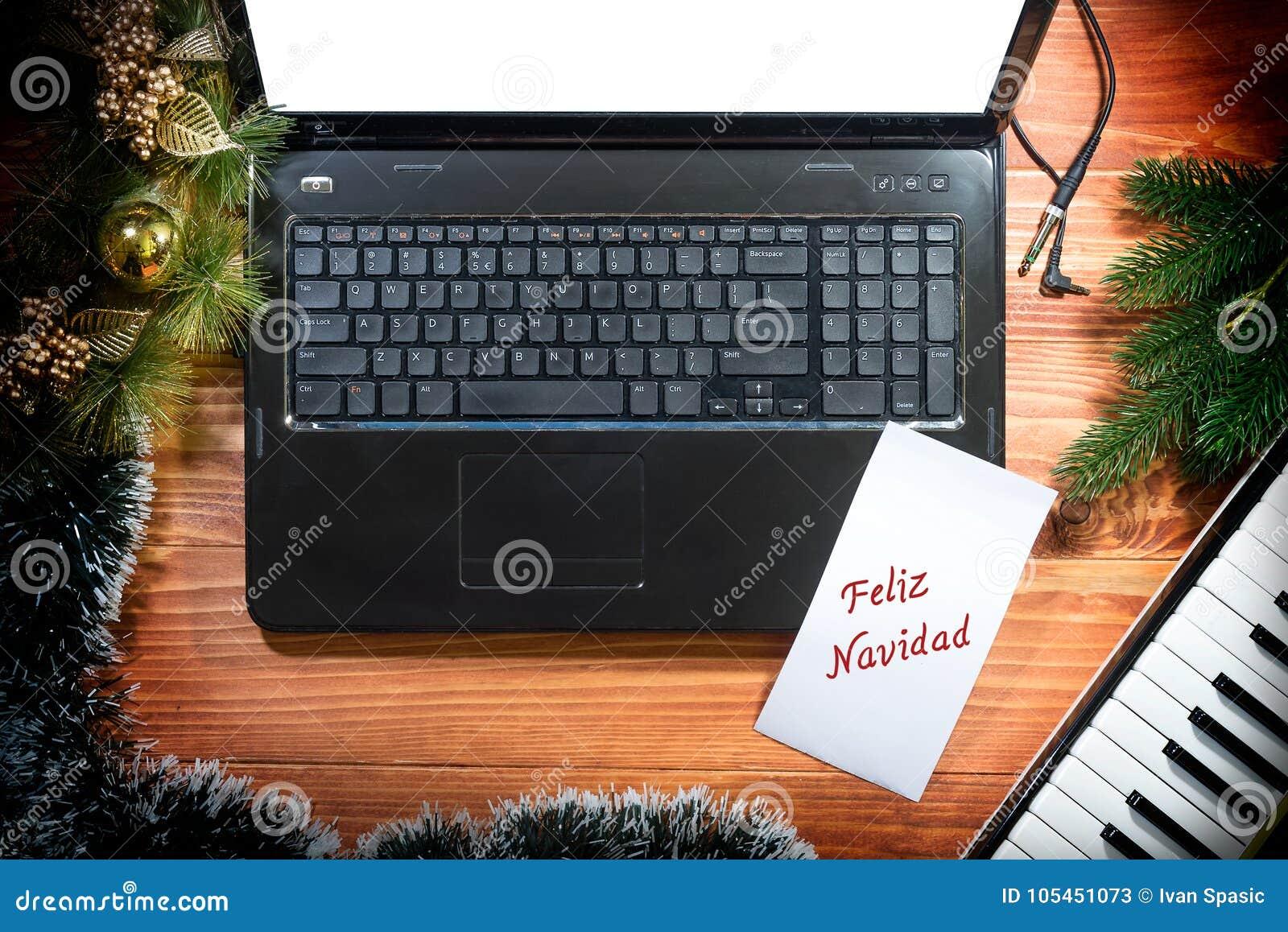 Julbakgrund med det musikaliska tangentbordet, bärbar dator, kopieringsutrymme