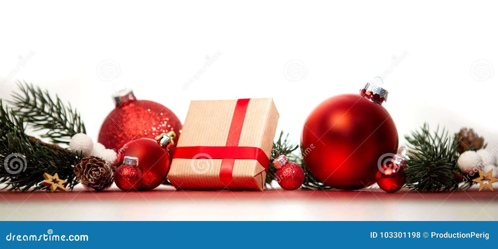 Julbakgrund med julbollar, gåvor och garnering