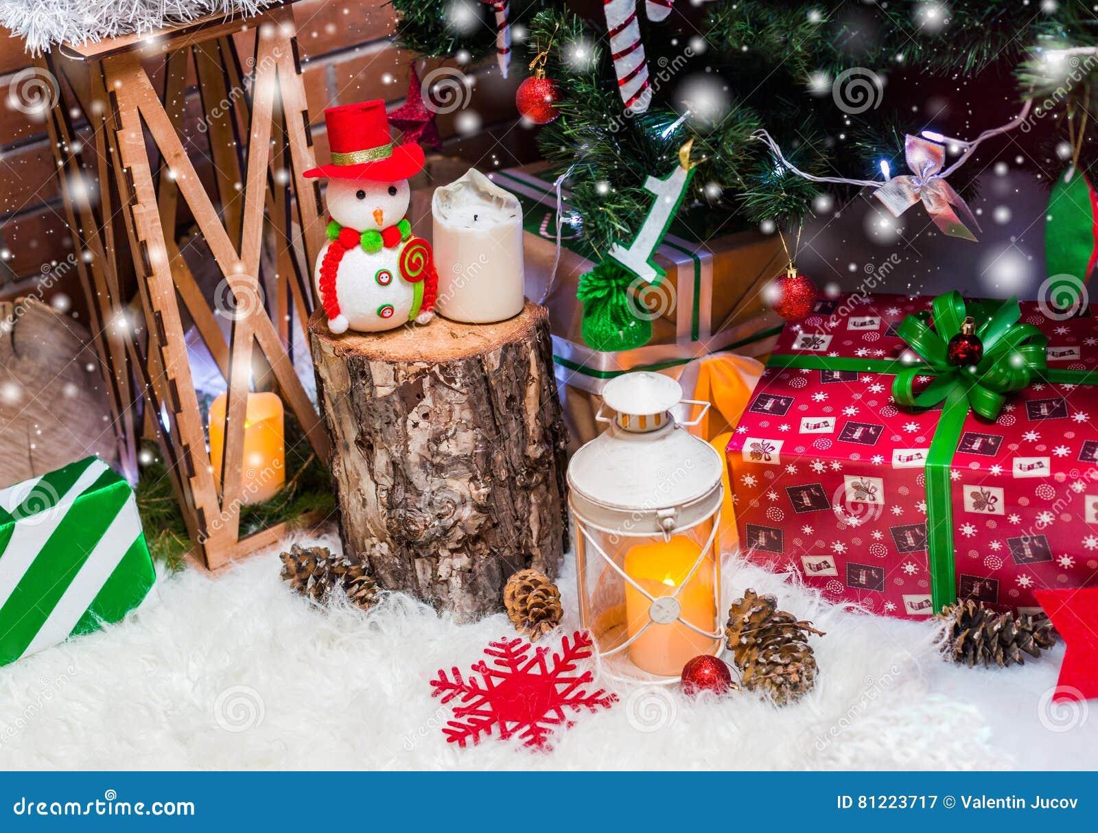 Julbakgrund med julgarnering med stjärnor, kottar, snögubbe Lyckligt nytt år och xmas