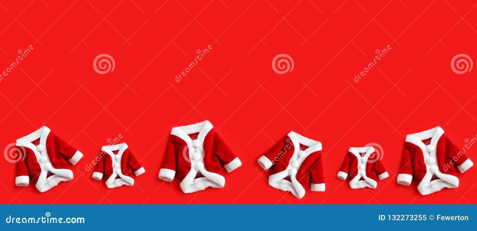 Julbakgrund Santa Claus Saint Nicholas sex mini- lag som dräkten kostymerar vita manschetter lägger framlänges, det isolerade fär
