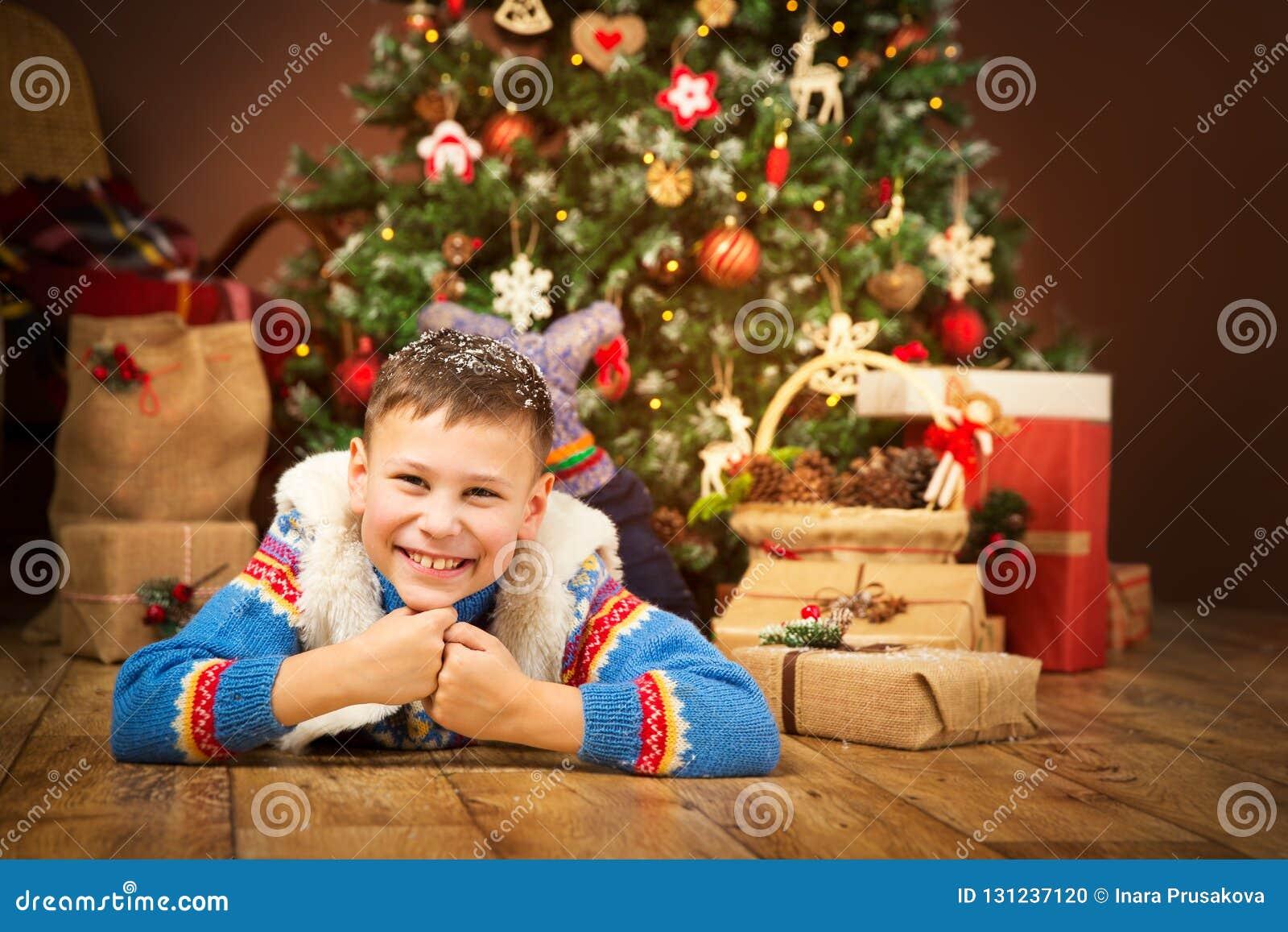 Julbarn under Xmas-trädet, lyckliga pojkegåvagåvor