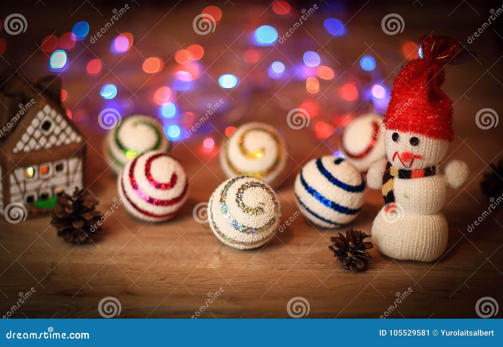 Julbollar och en leksaksnögubbe på jultabellen