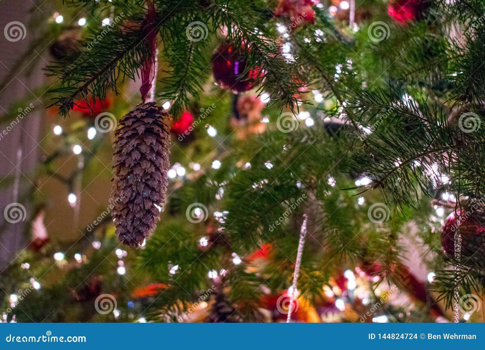 Julen kopierar treen f?r avst?nd f?r den stora prydnaden f?r garneringfokusguld den r?da