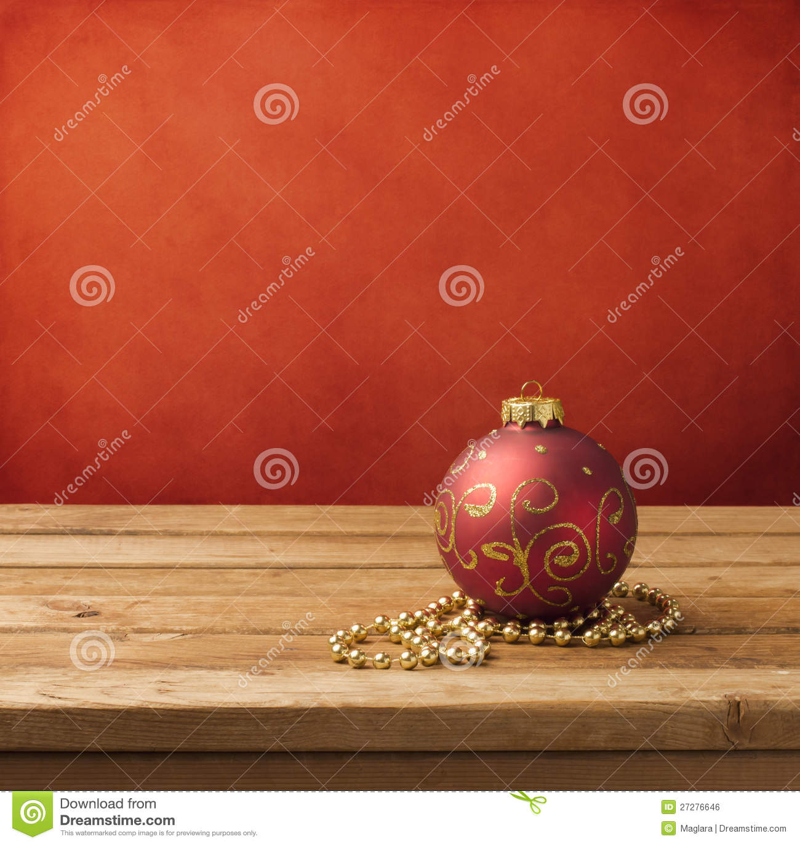 Julen smyckar på trätabellen